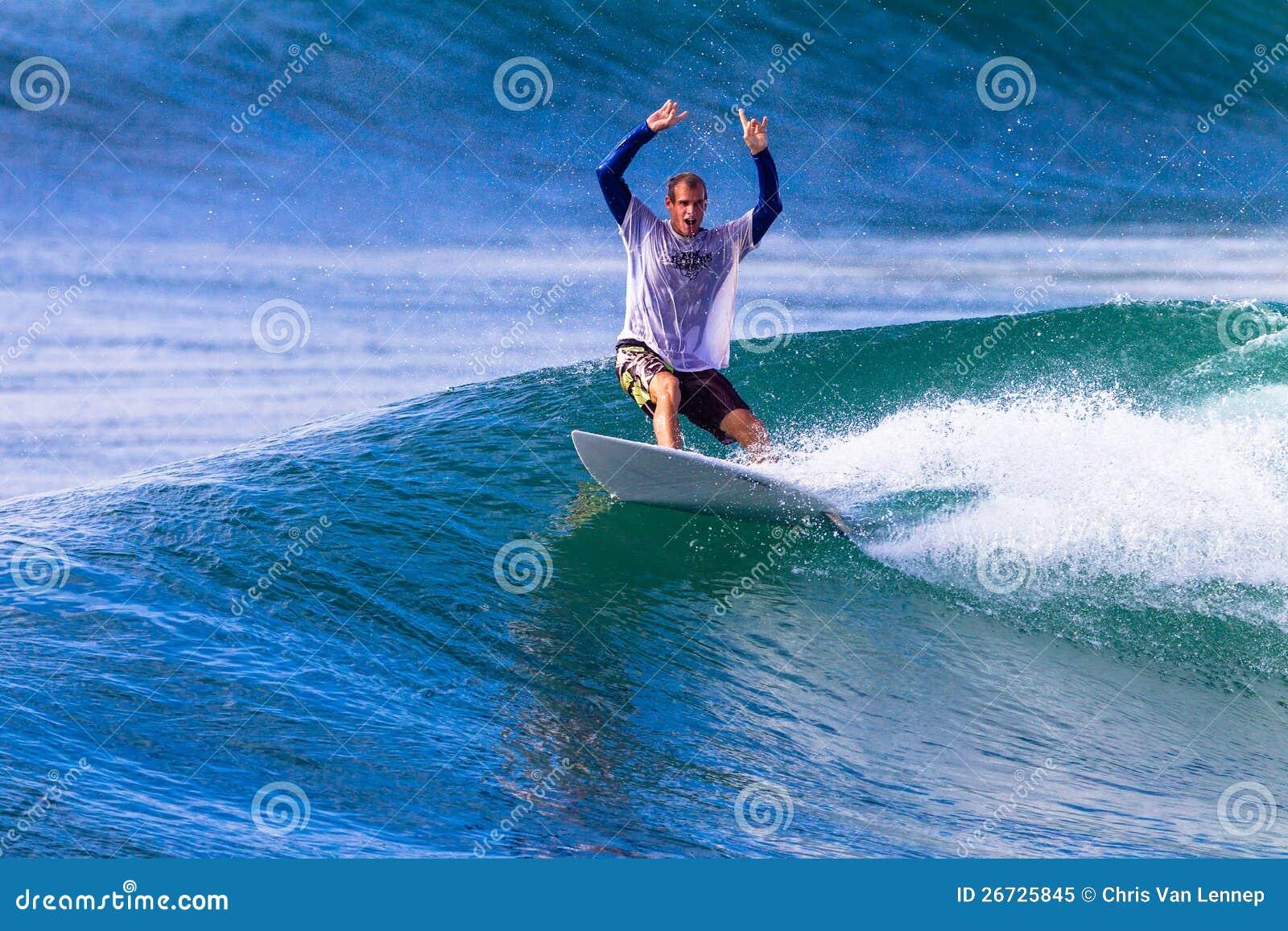 Surfingowiec Świętuje Falowego Tubki Przejażdżki Wyjście
