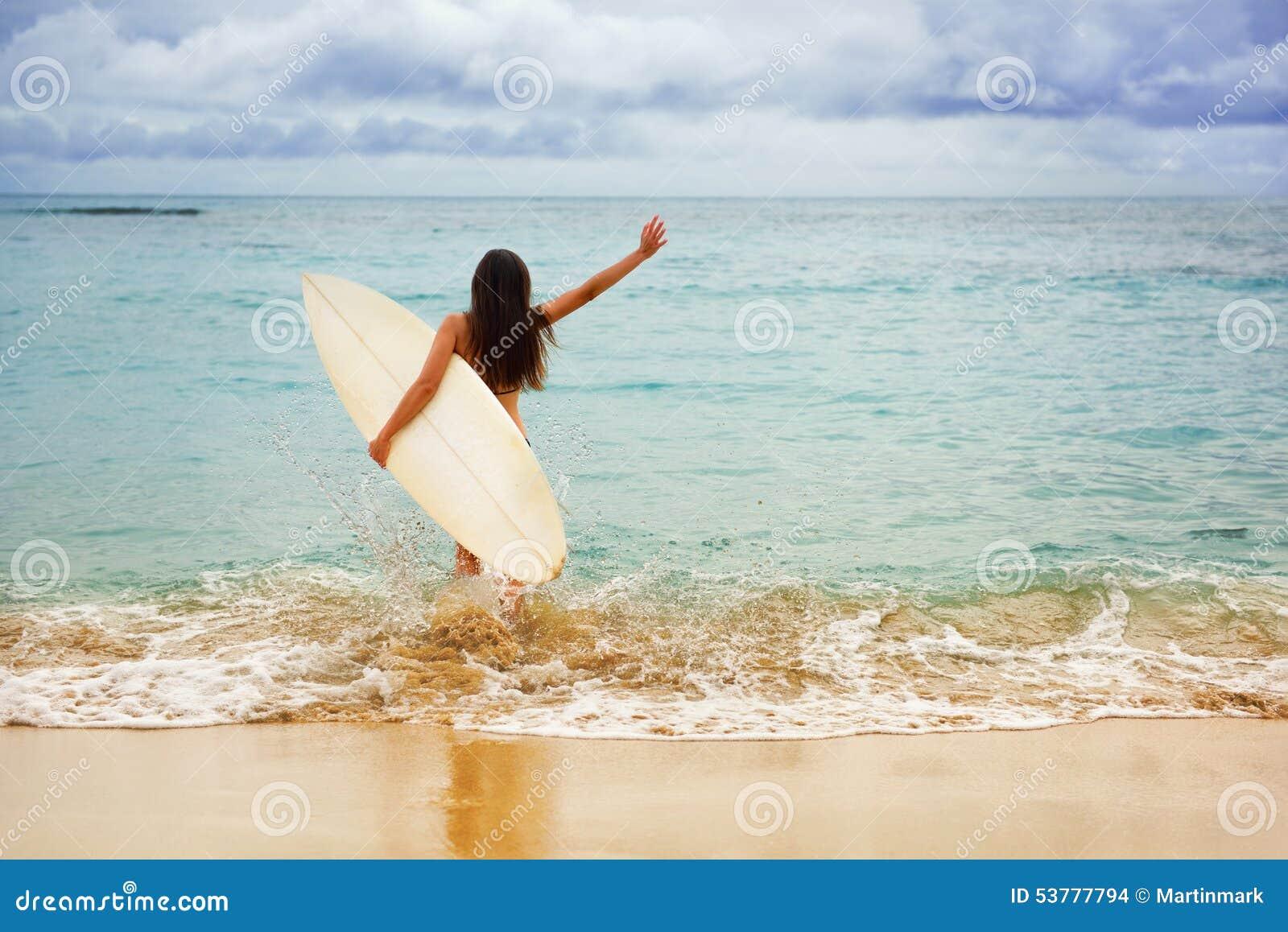 Surfingowiec dziewczyny szczęśliwy rozochocony iść surfować przy plażą