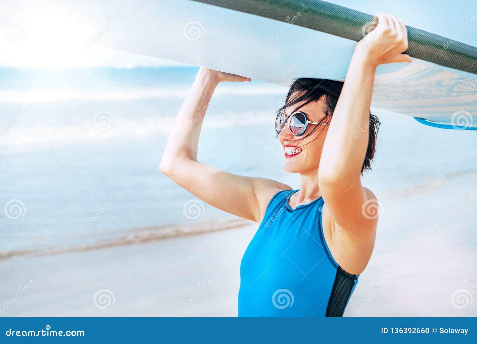 Surfingowiec kobieta z longboard iść w ocean fale Aktywnego pojęcia urlopowy wizerunek