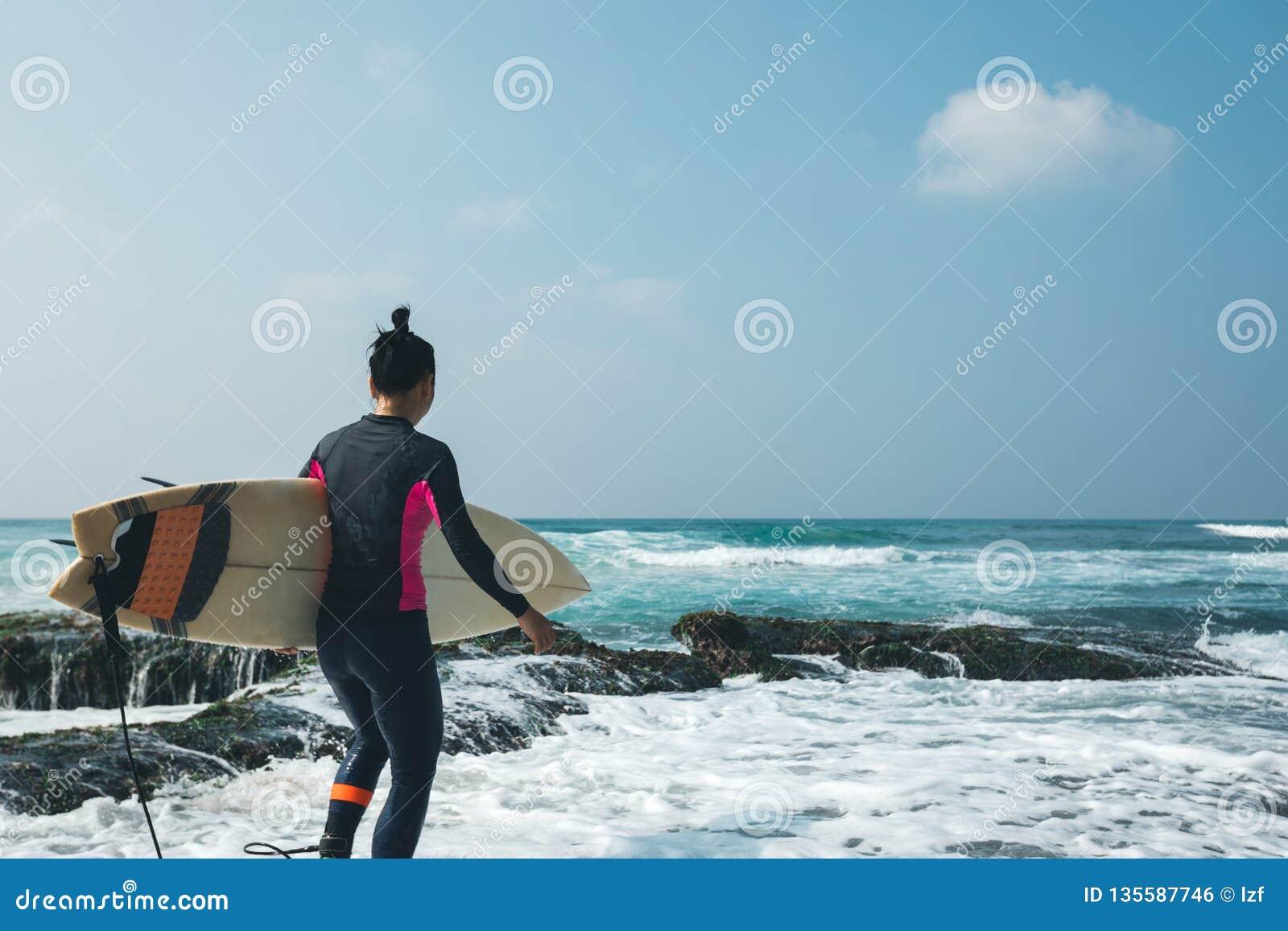 Surfingowiec kobieta z surfboard