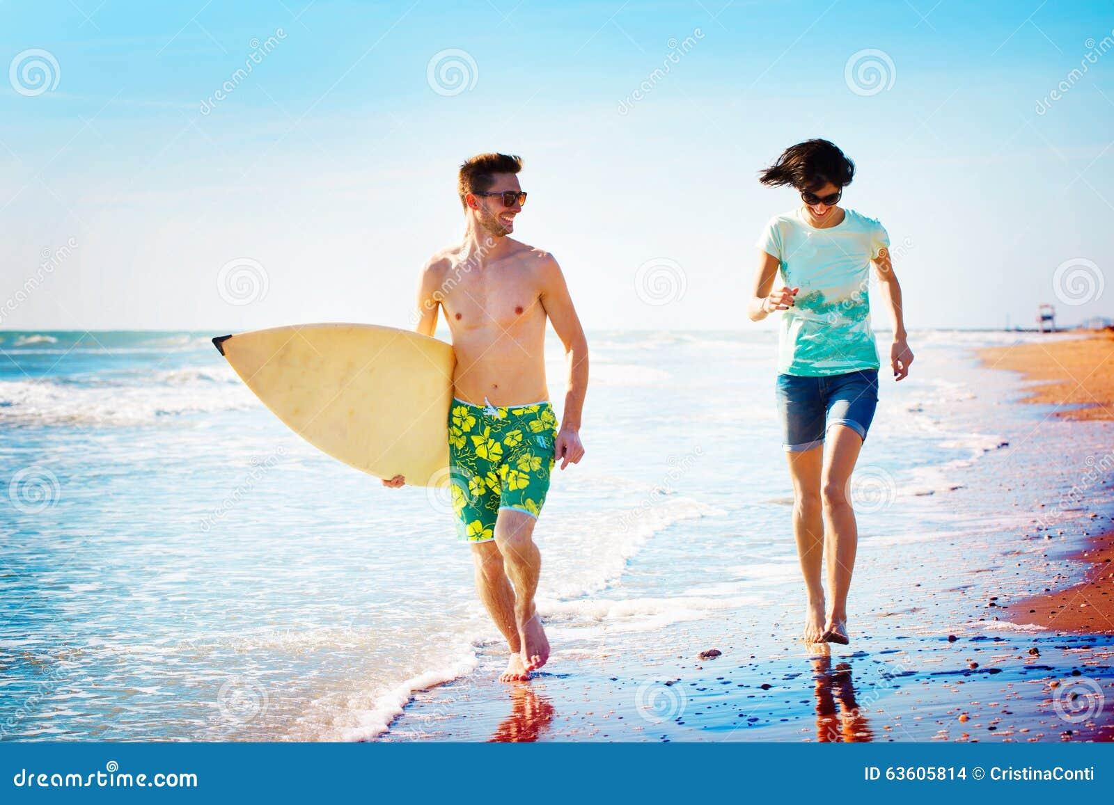 Surfingowiec pary bieg na seashore