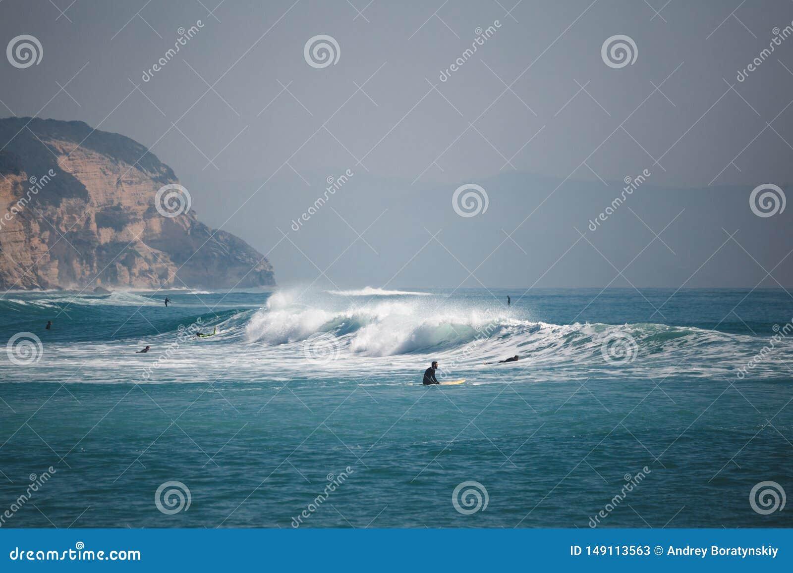 Surfingowowie na morzu z falami