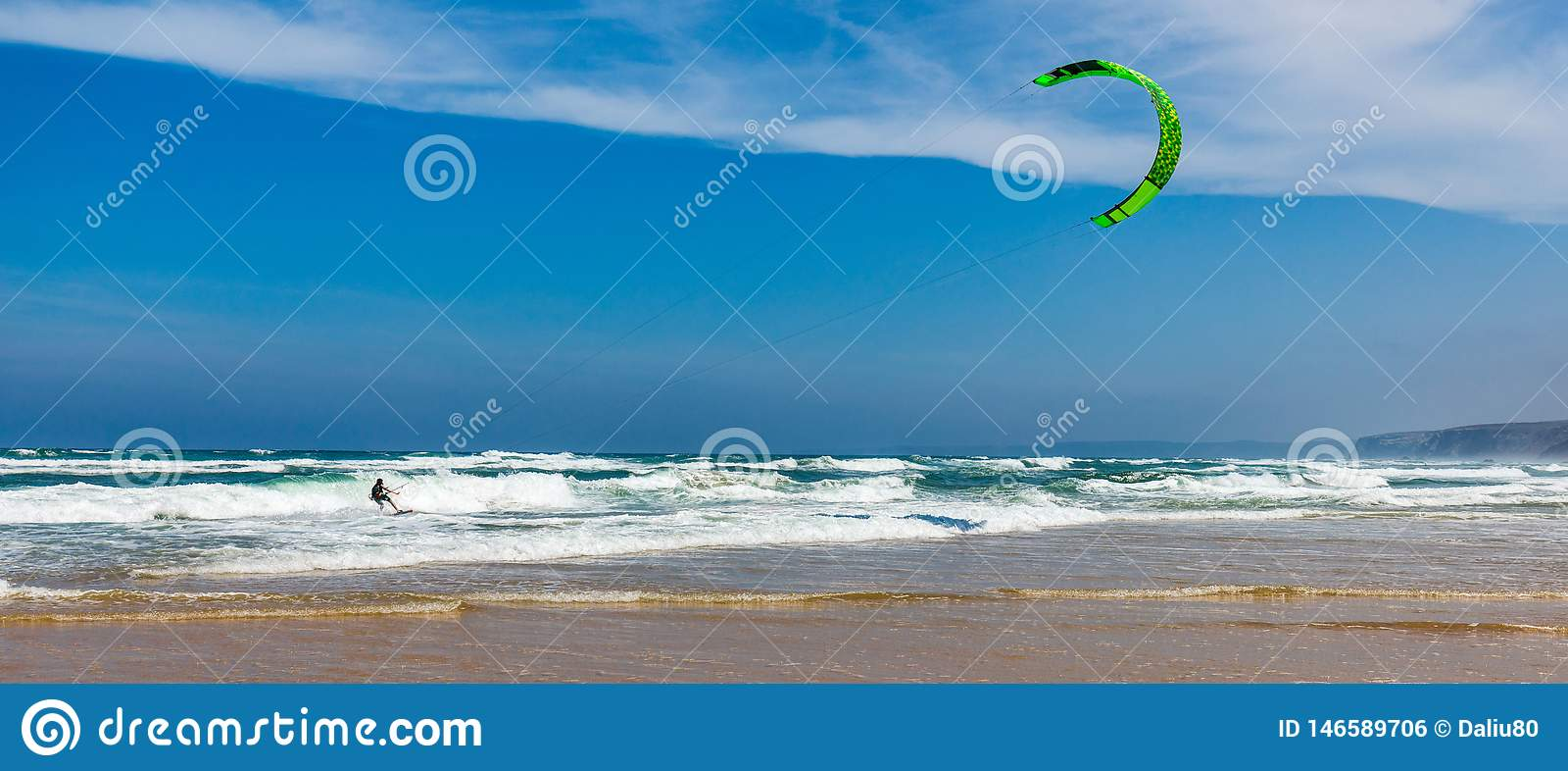 Surfingowowie w Praia da Bordeira wyrzuca? na brzeg blisko Carrapateira, Portugalia Kiteboarder kitesurfer atlety spe?niania kite
