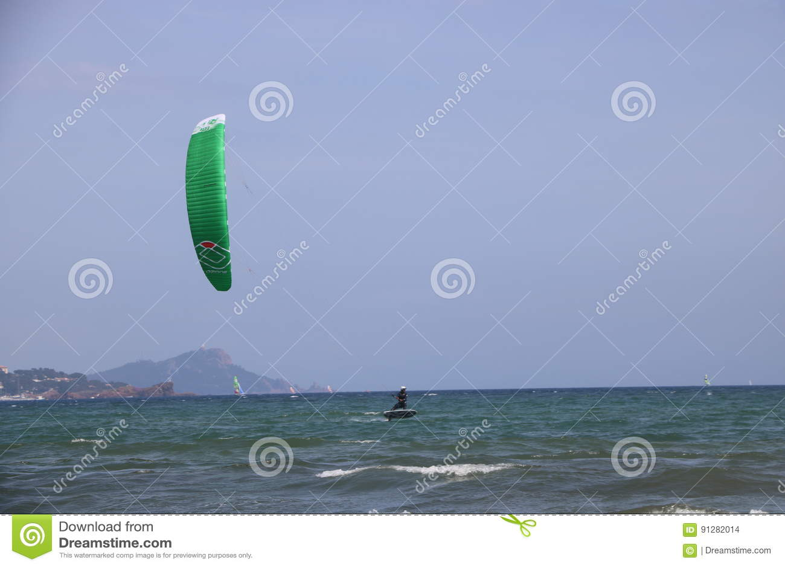 Surfist i franska Riviera Frankrike