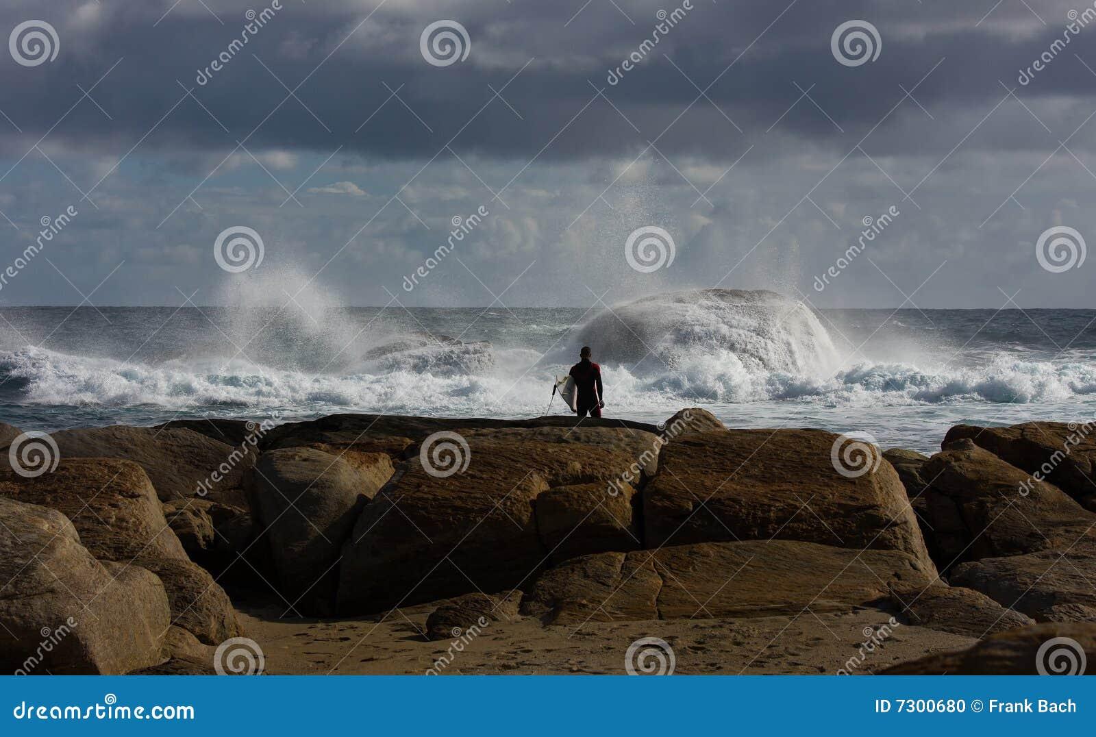 Surfista alla spiaggia di Redgate, Australia occidentale