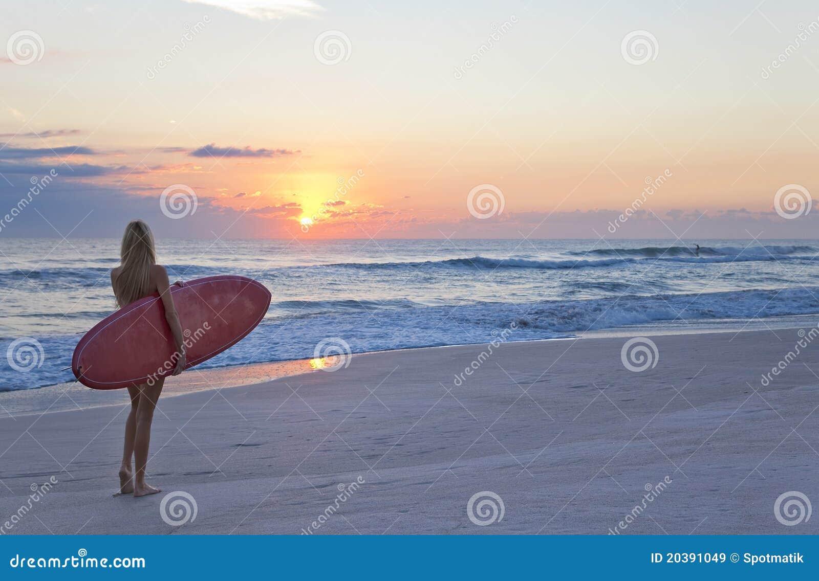 Surfista surf della donna alla spiaggia di alba di - Alla colorazione della spiaggia ...