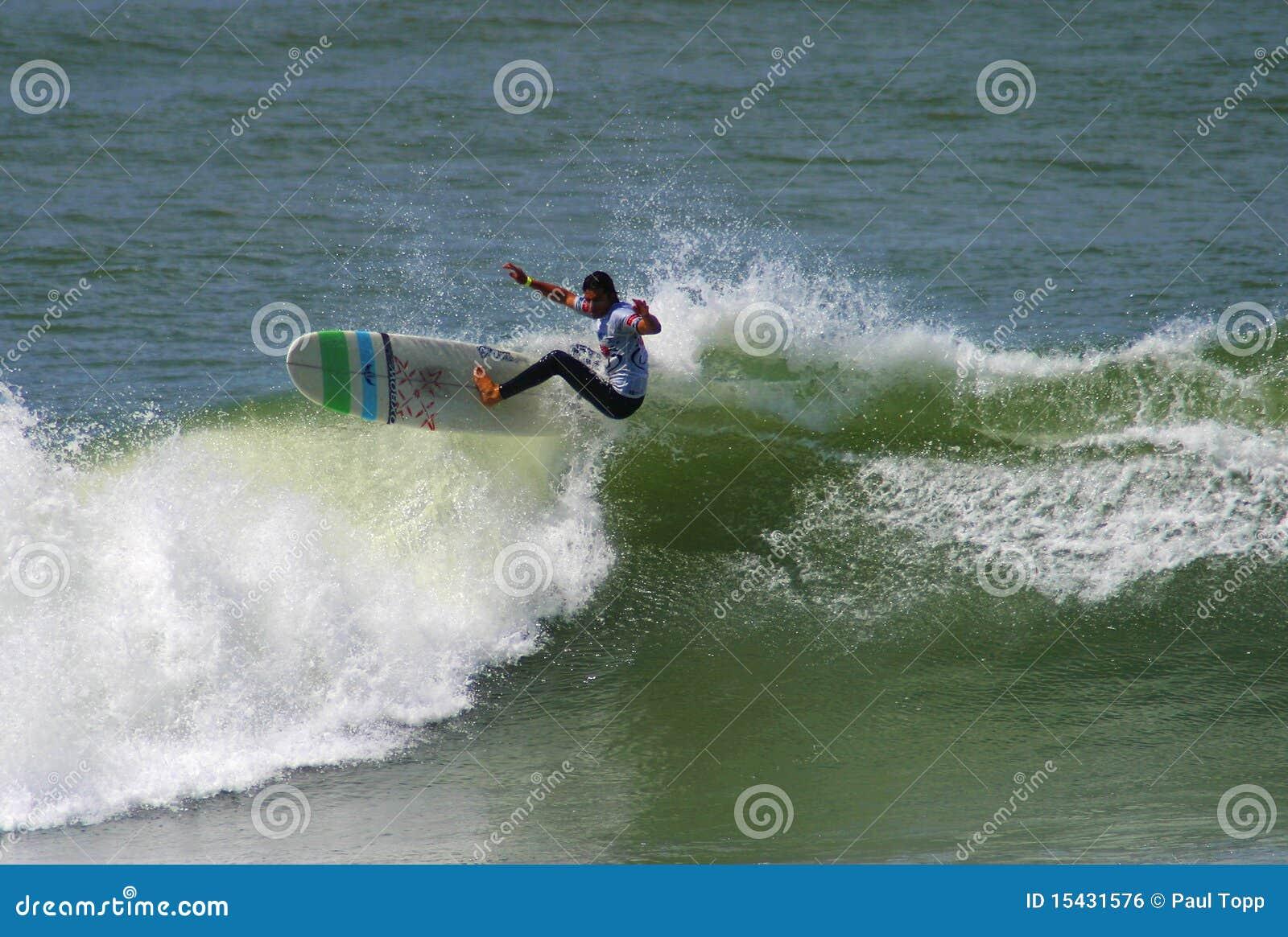 Surfista Antoine Delpero che pratica il surfing in Anglet, Francia