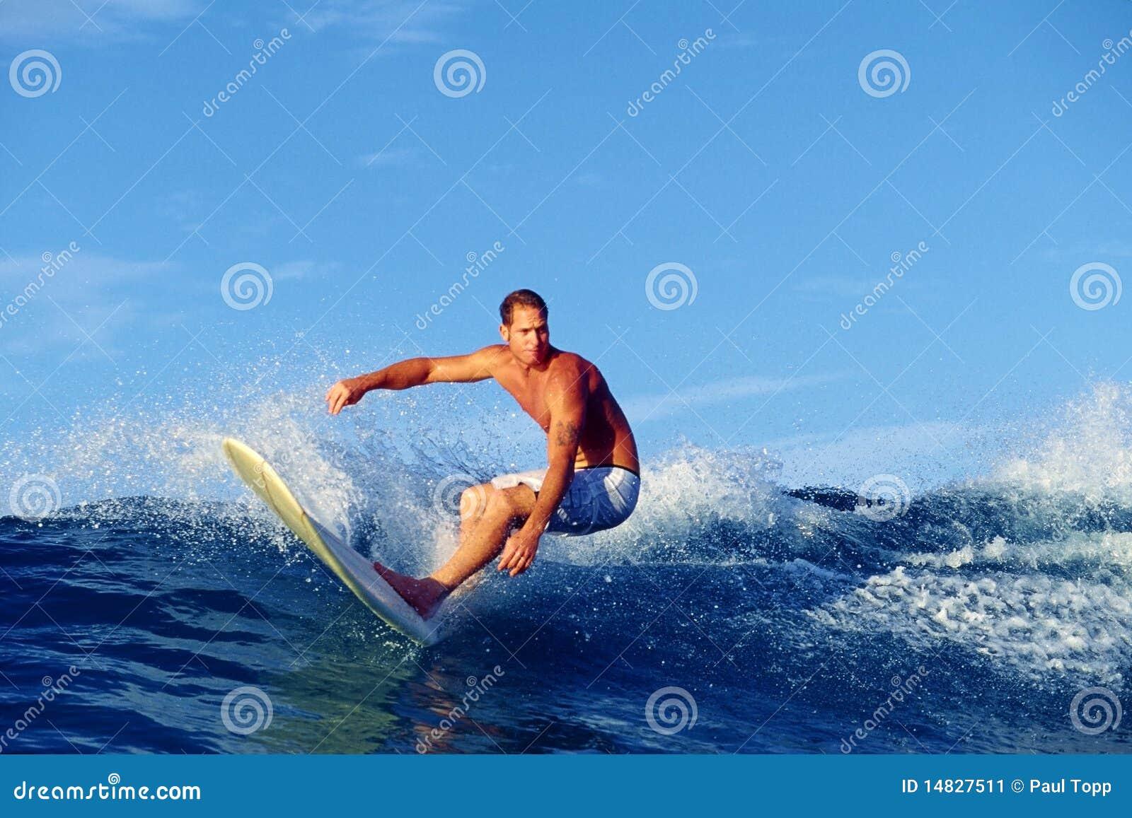 Surfista Chris Gagnon che pratica il surfing in Waikiki Hawai