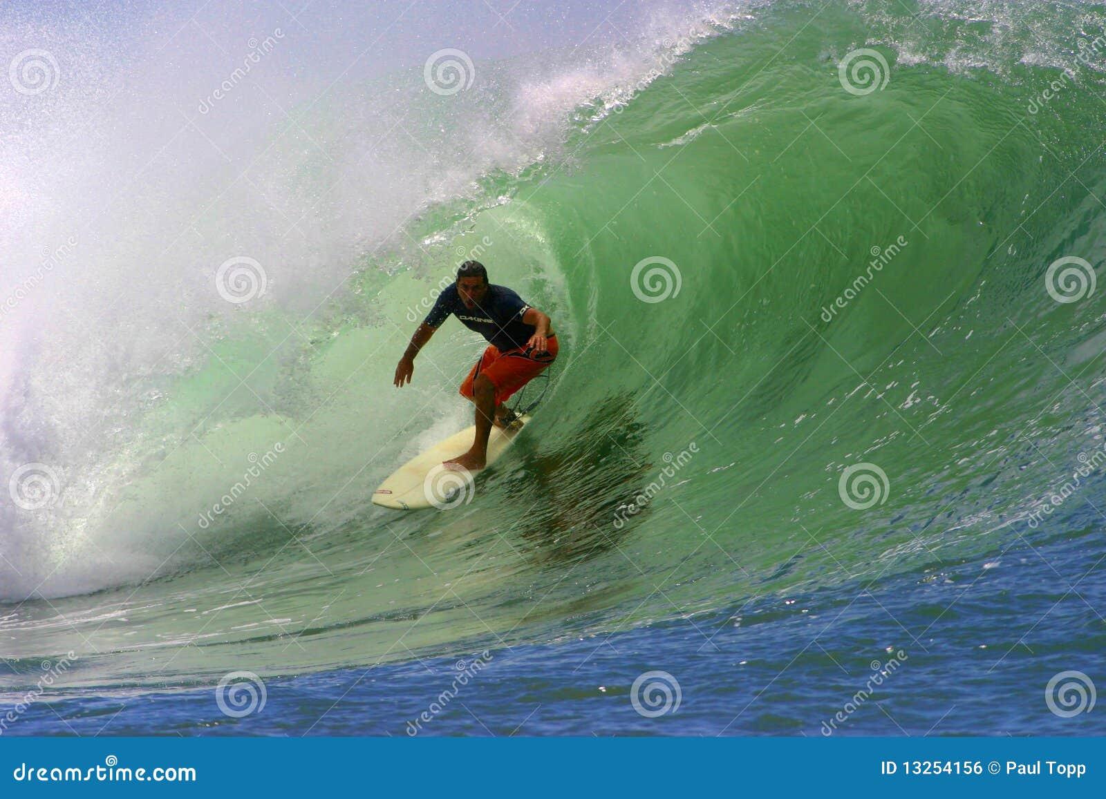 Surfista Clyde Lani che pratica il surfing un onda della tubazione
