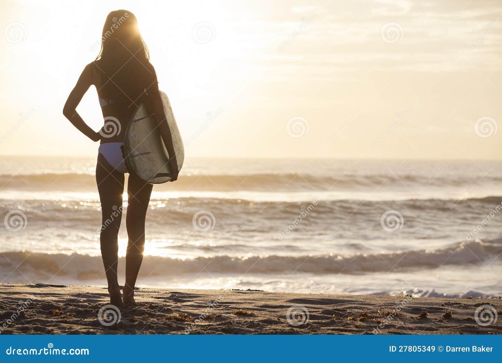 Surfista del bikini della donna & spiaggia di tramonto del surf