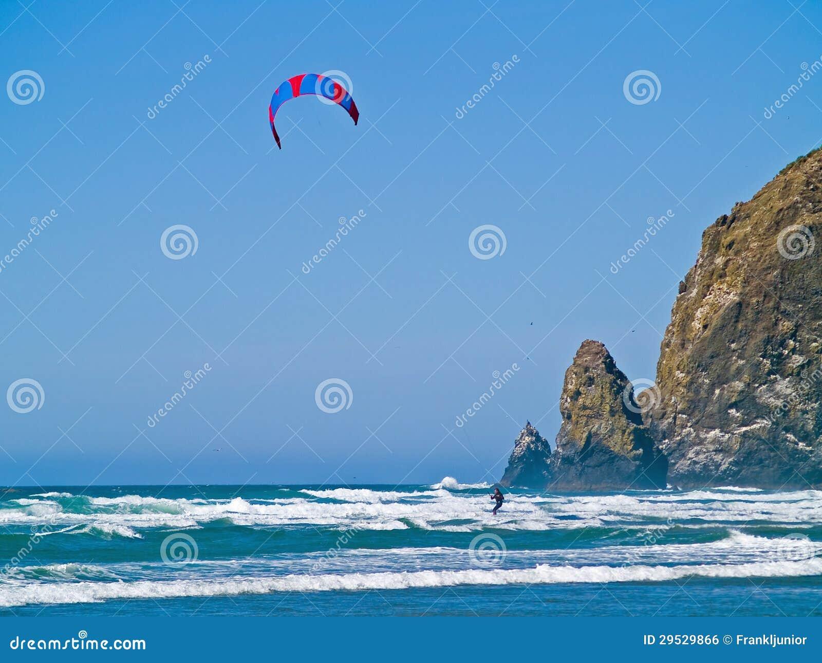 Surfista do papagaio para fora no oceano