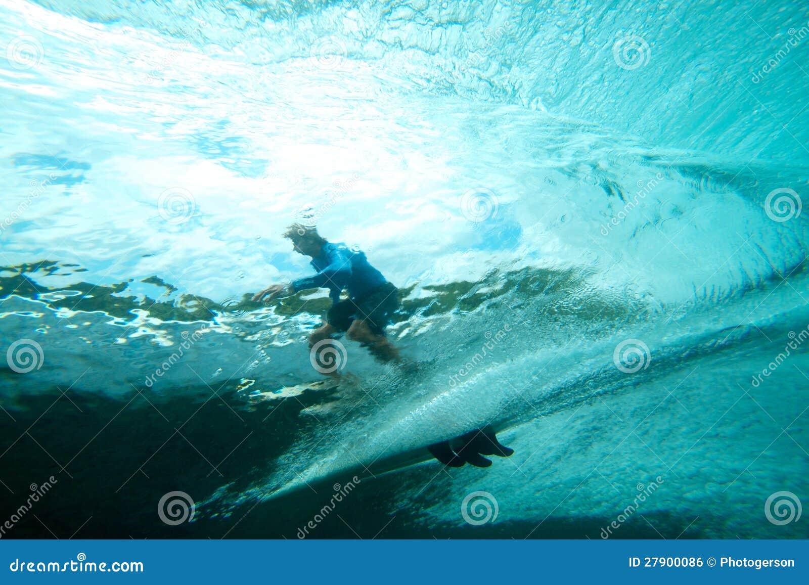 Surfista na visão subaquática da onda tropical