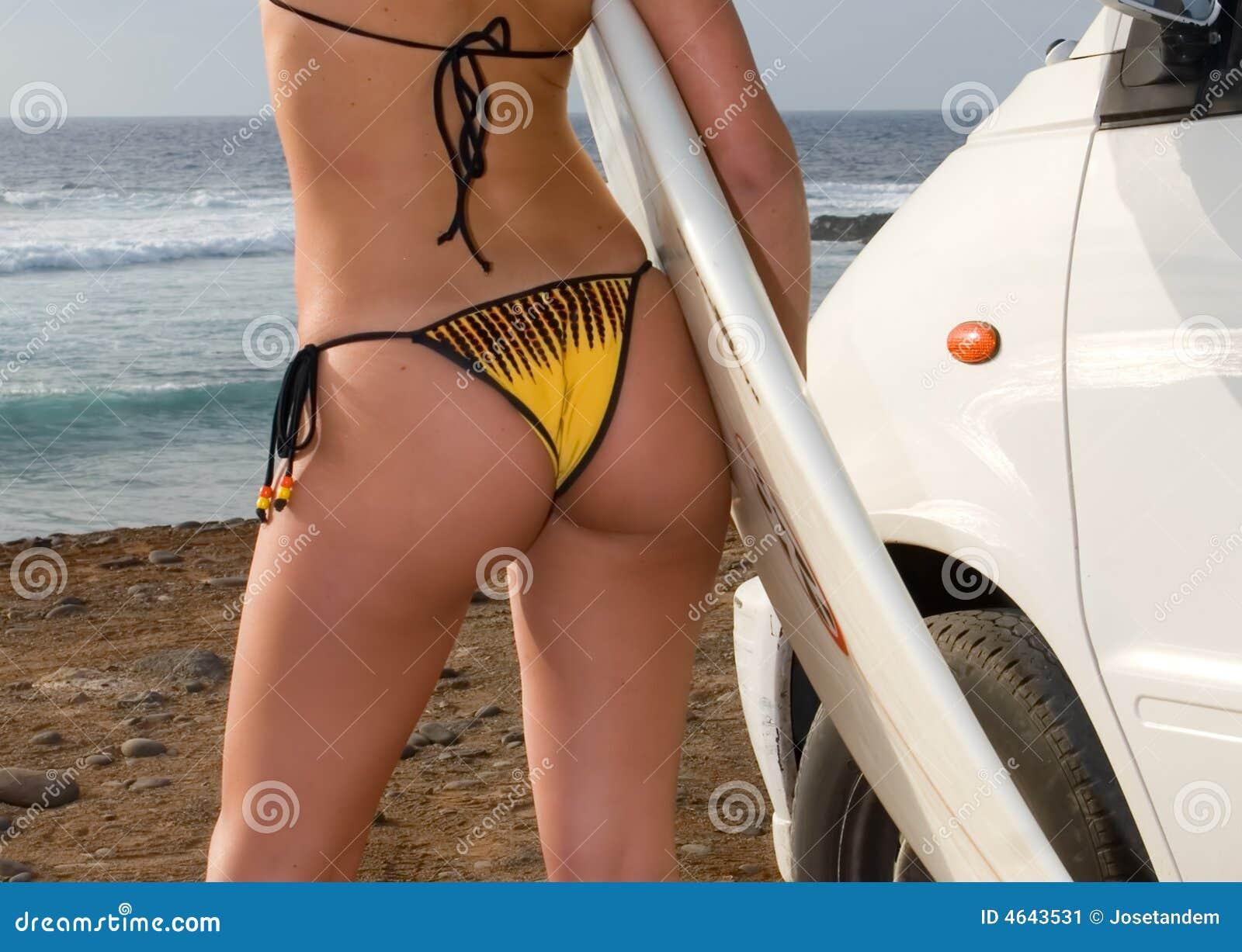 Surfista no biquini