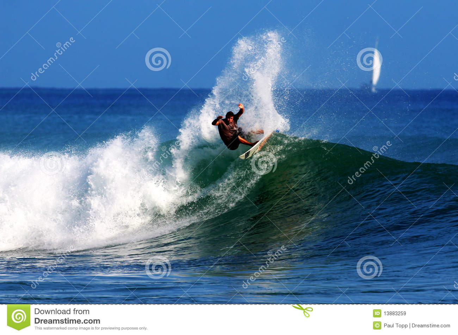 Surfista professionista Anthony Walsh che pratica il surfing l Hawai