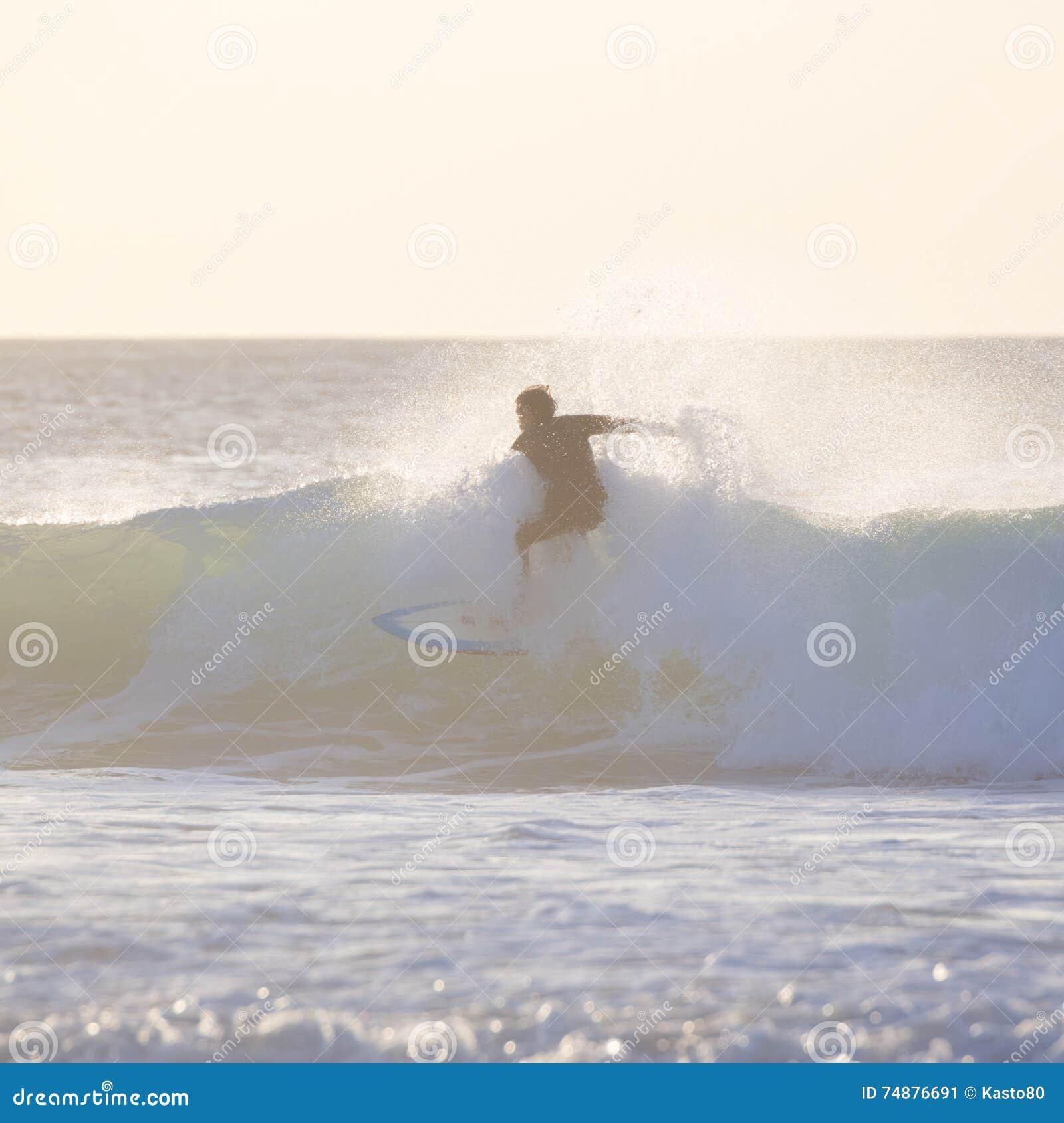 Surfista que monta uma onda grande