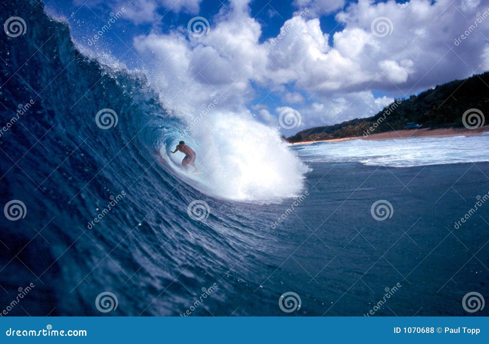 Surfista que surfa a câmara de ar