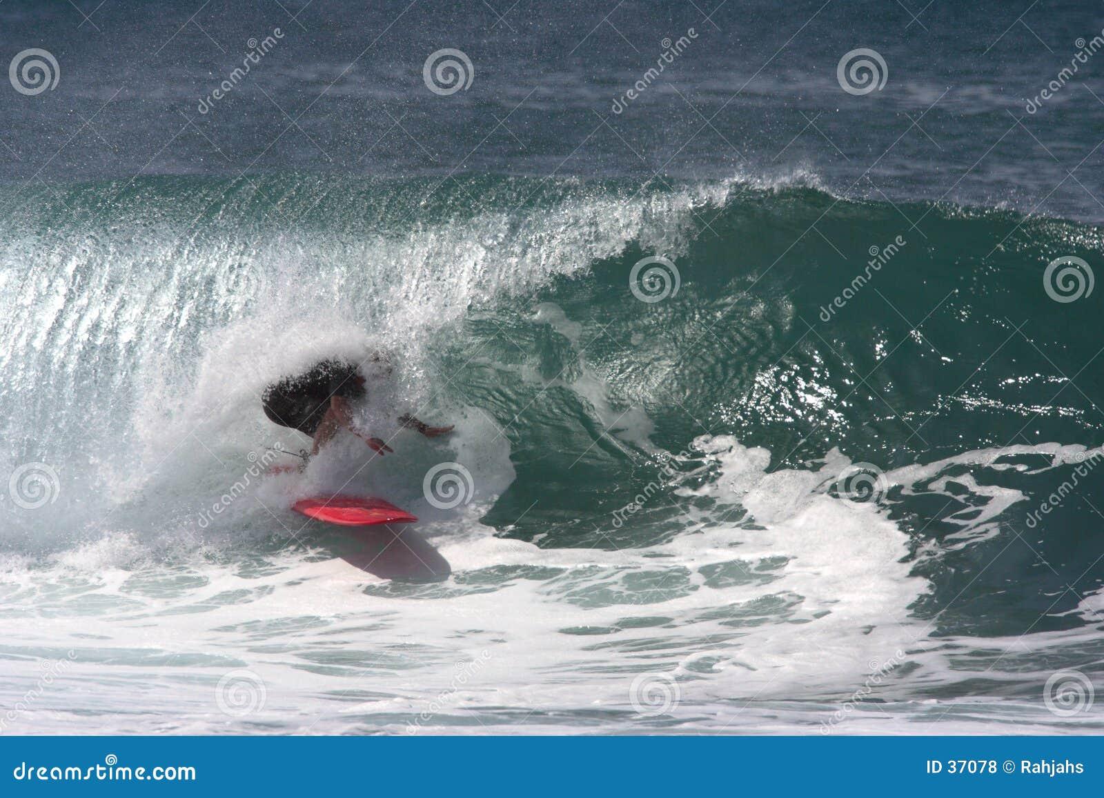 Surfista sob o bordo, cavaleiro da câmara de ar