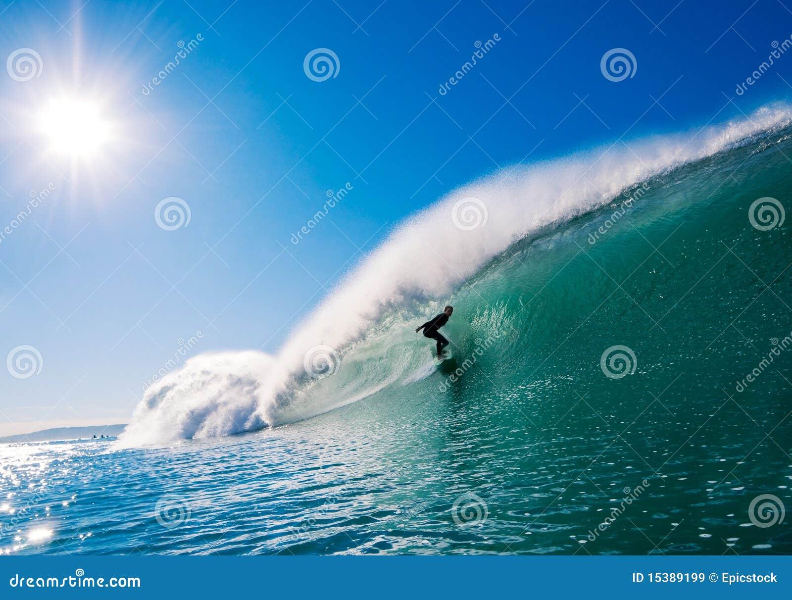 Surfista sull onda perfetta