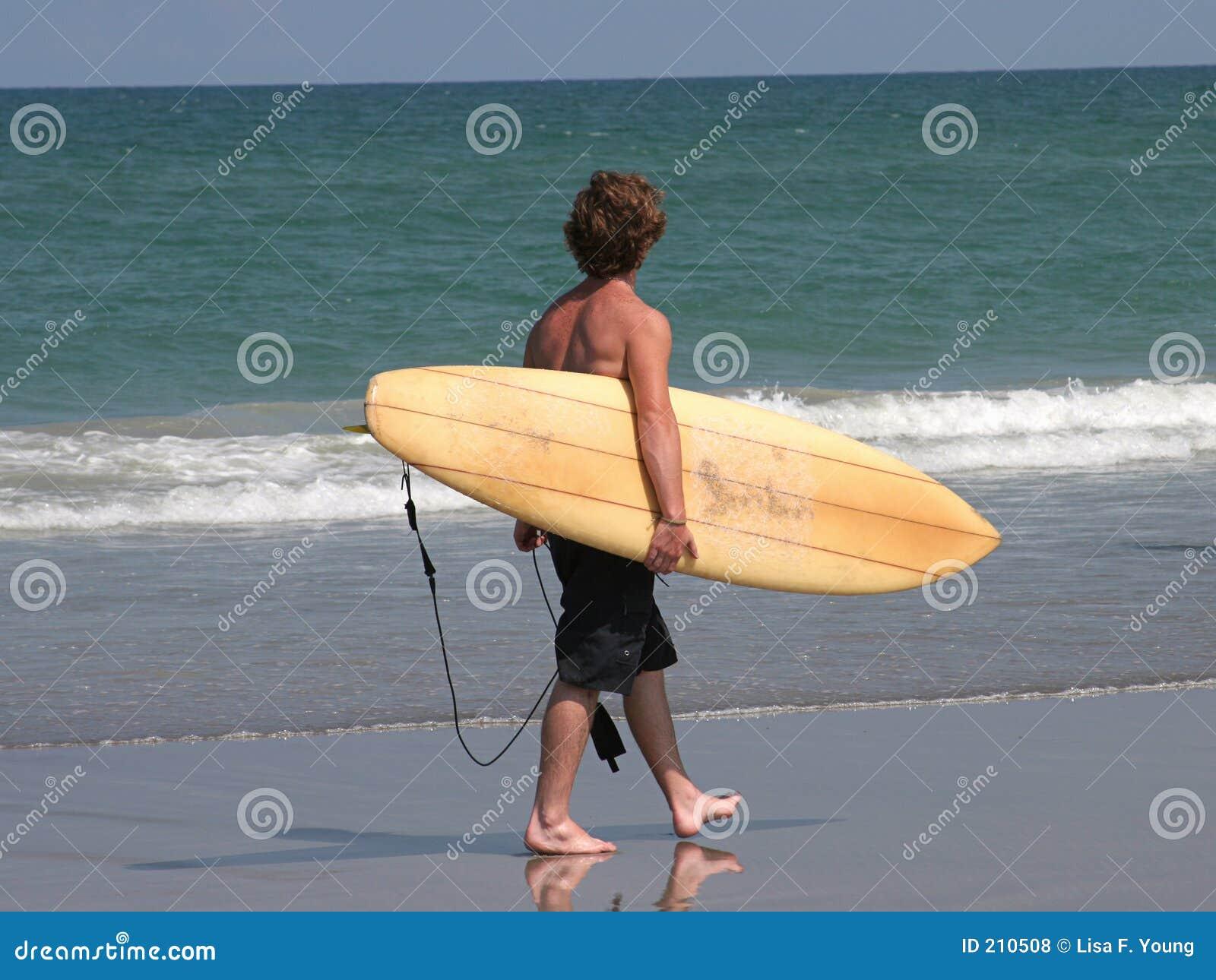Surfista sulla spiaggia