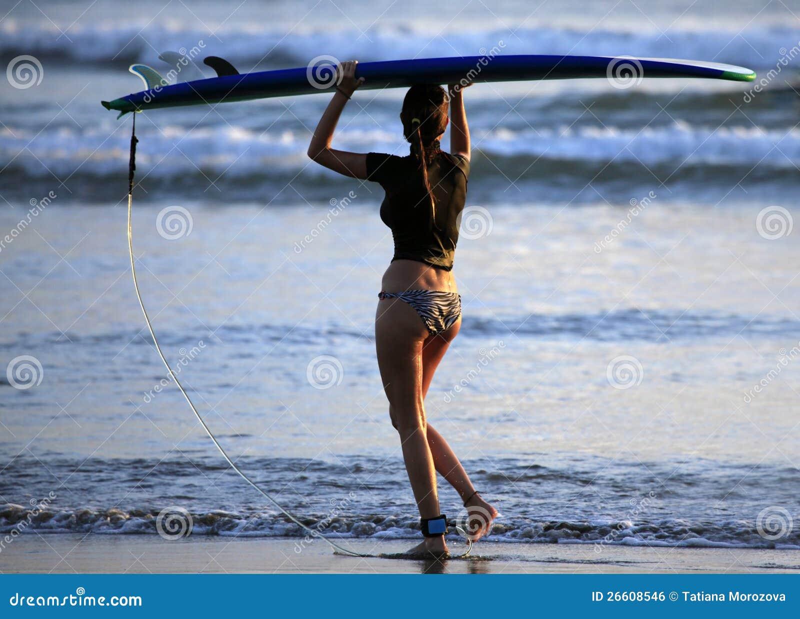 Surfistas em um litoral