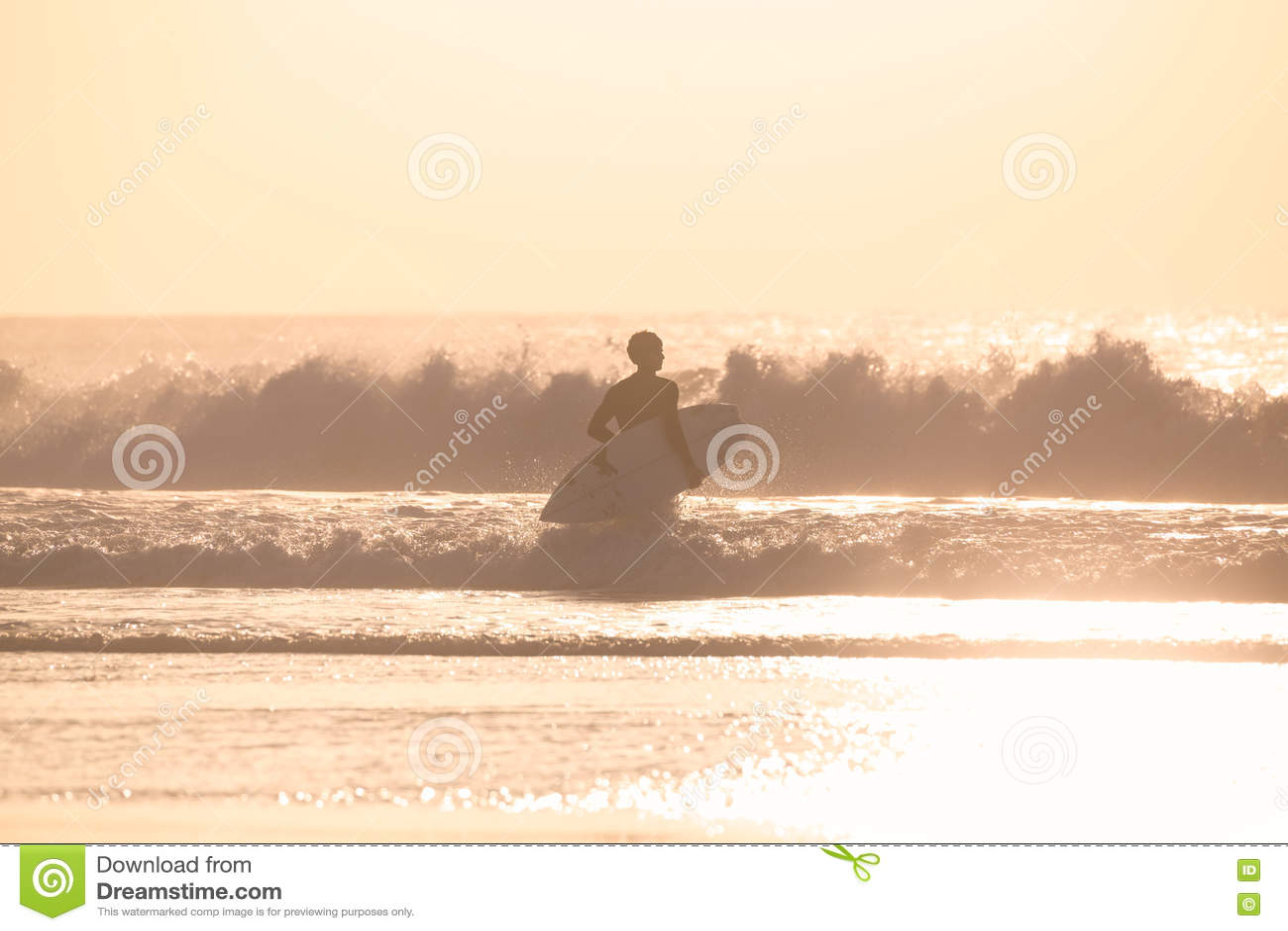 Surfistas na praia com prancha