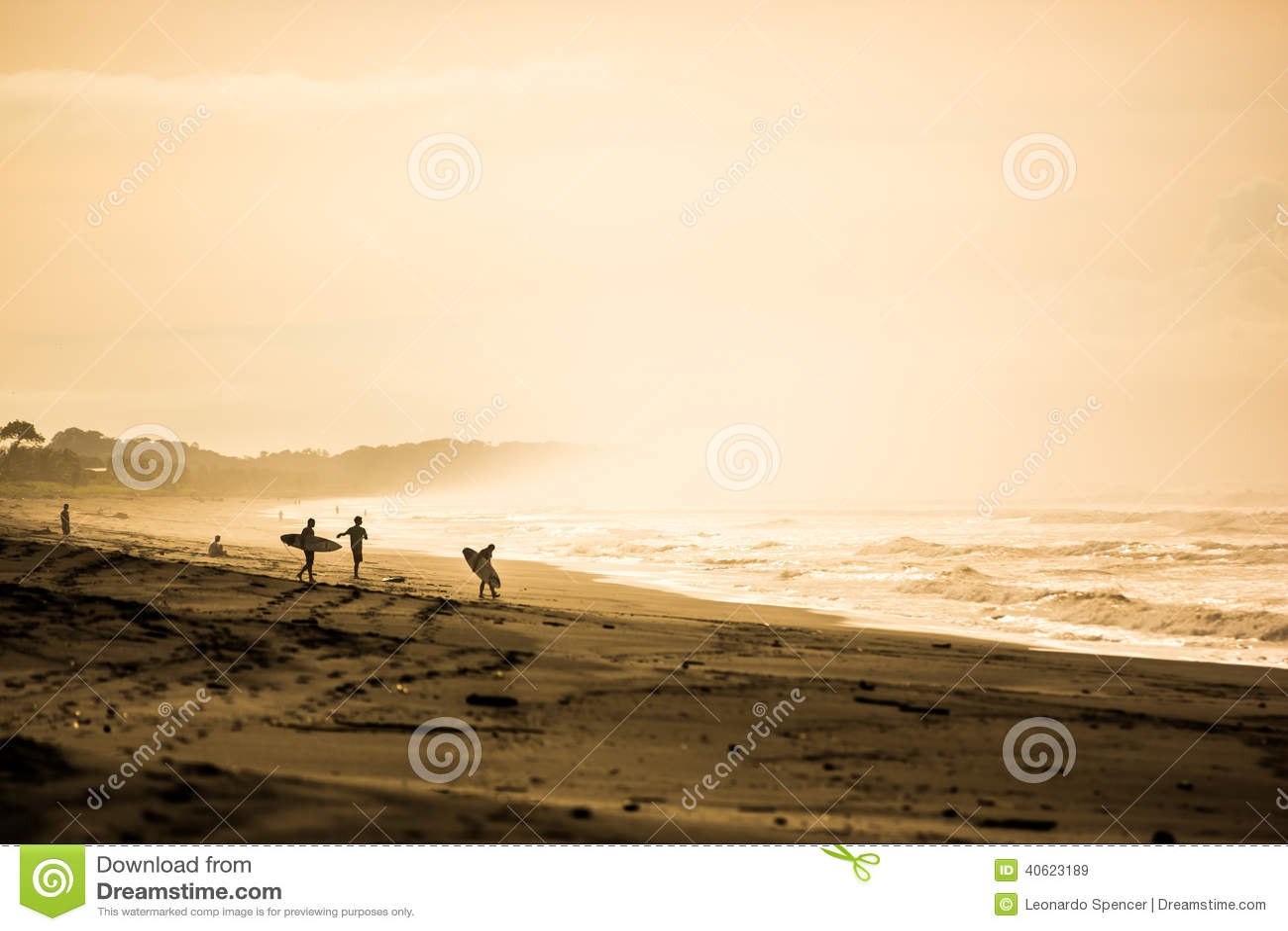 Surfisti nell alba a Playa Jaco, Costa Rica
