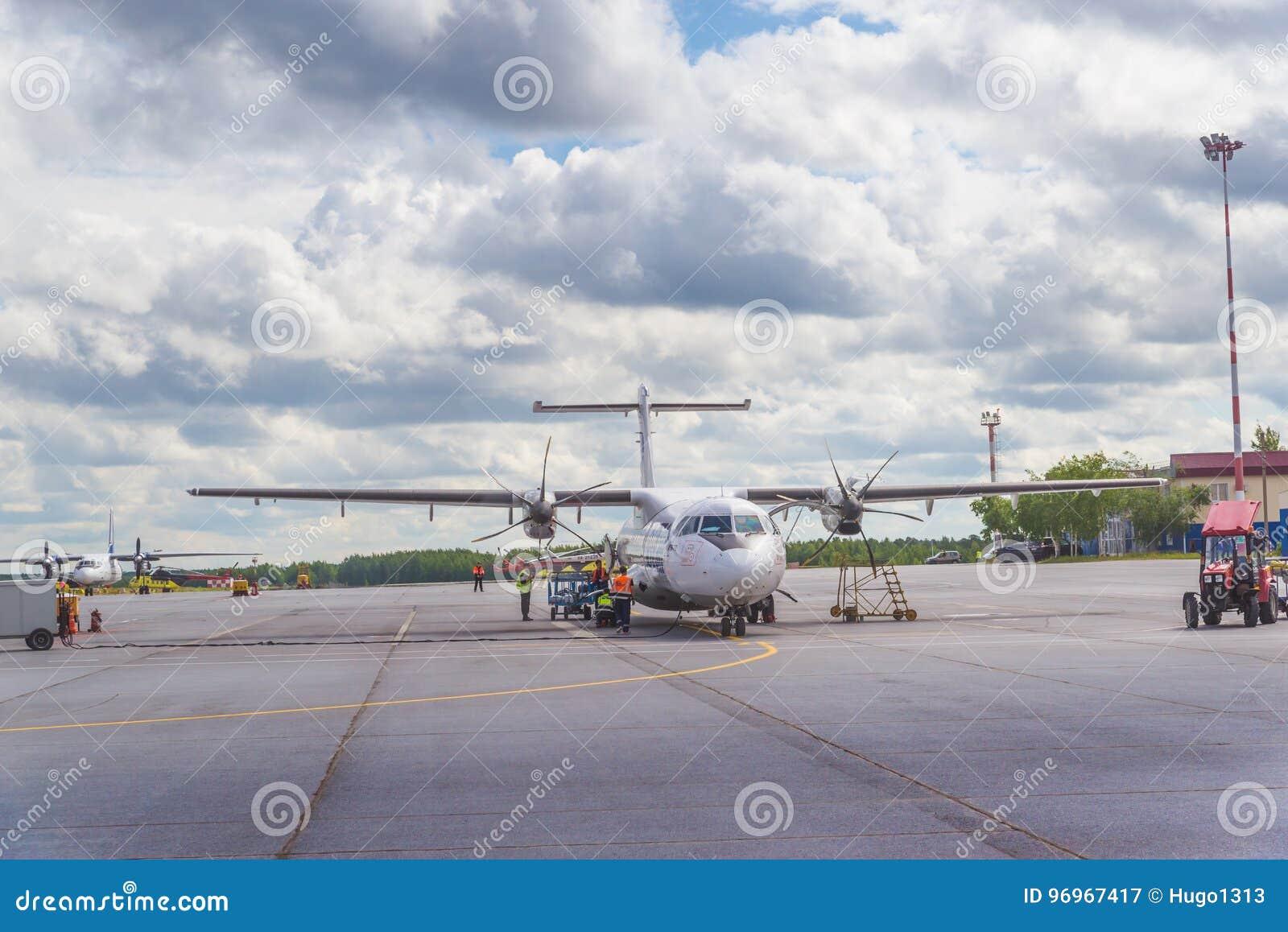 Surgut, Rusia - 27 de junio de 2017: Avión en la pista del aeropuerto de Surgut