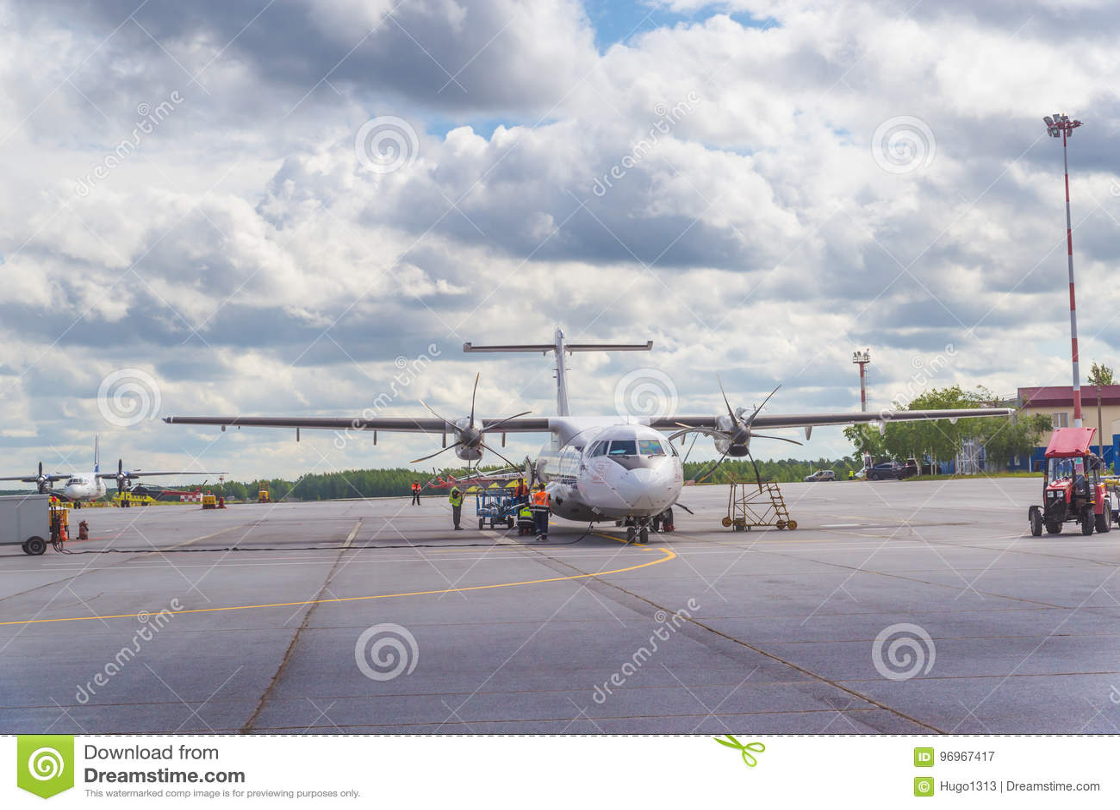 Surgut Ryssland - Juni 27, 2017: Nivå på landningsbanan av den Surgut flygplatsen