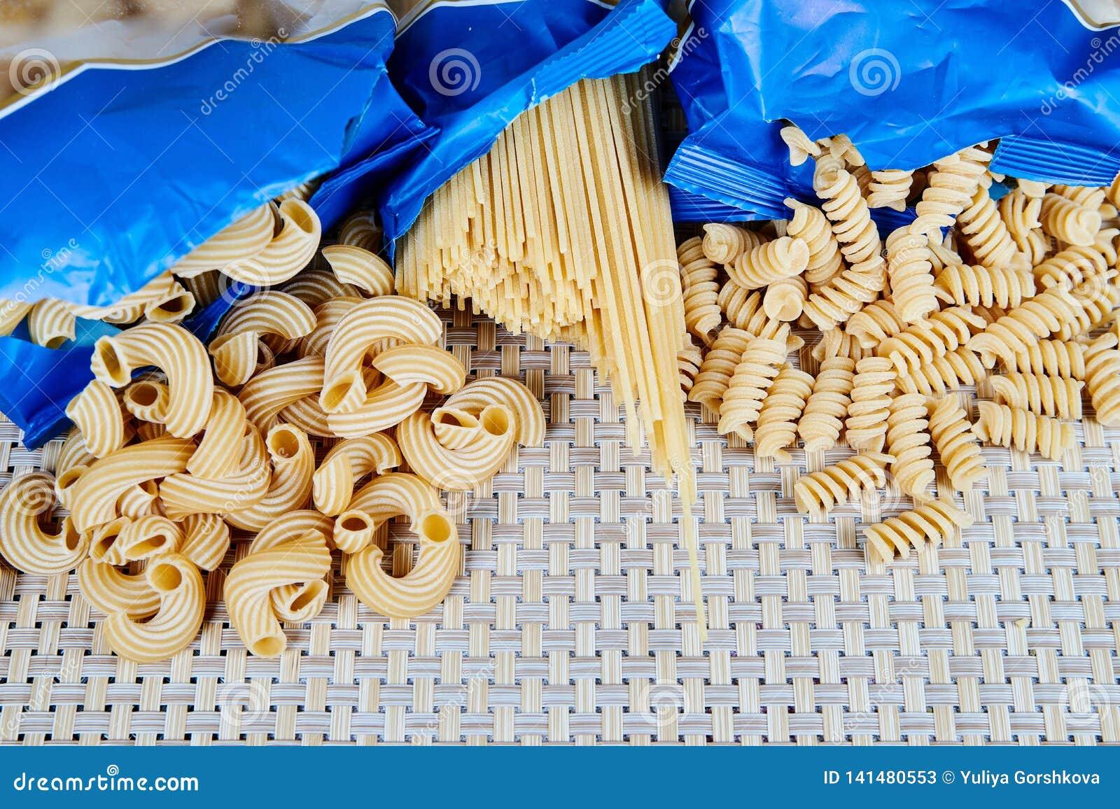 Surowa adry pasta na łozinowym płótnie na stole Odgórny widok