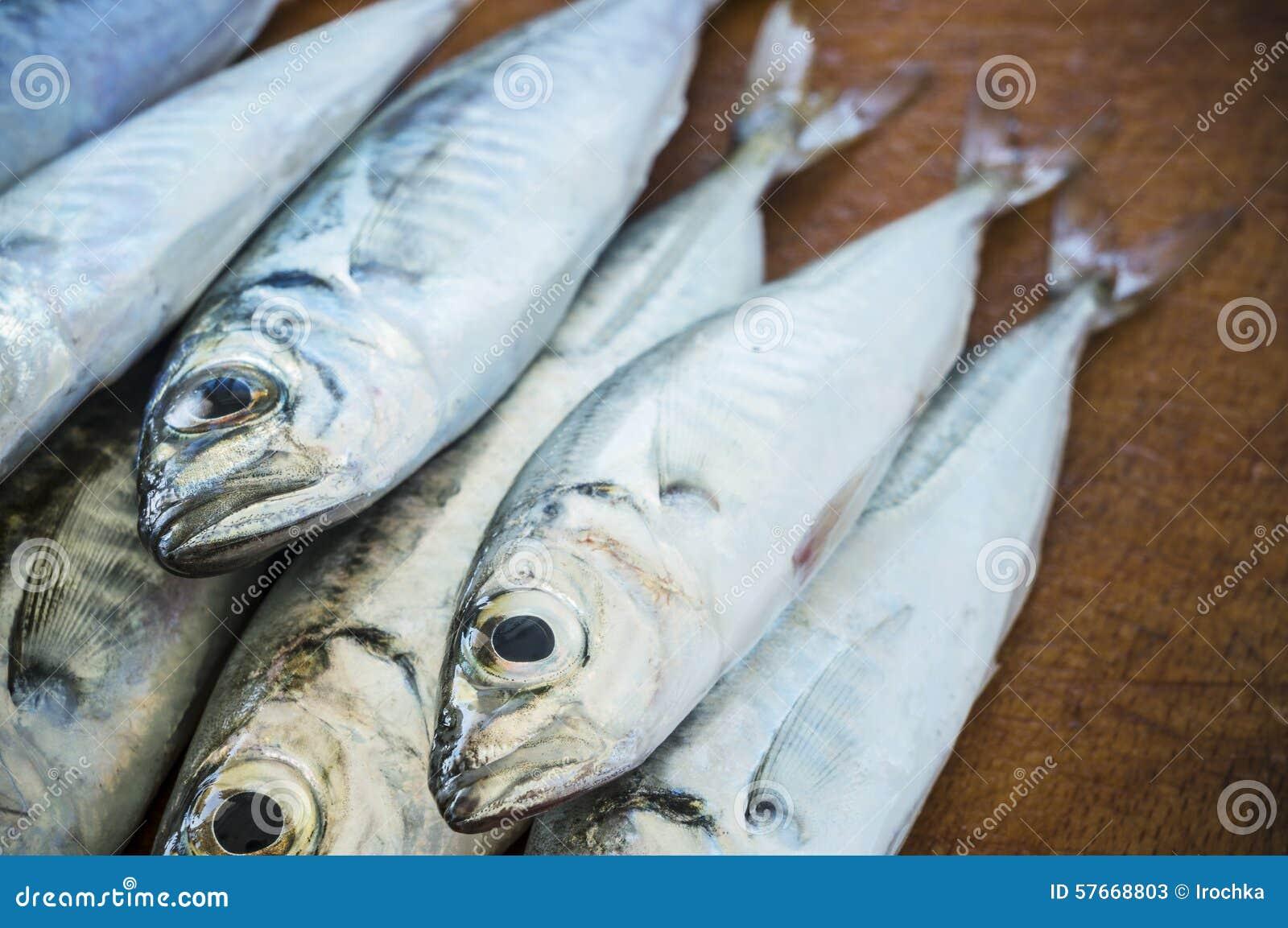 Surowa ryba nad naturalnym drewnianym tłem (scad)