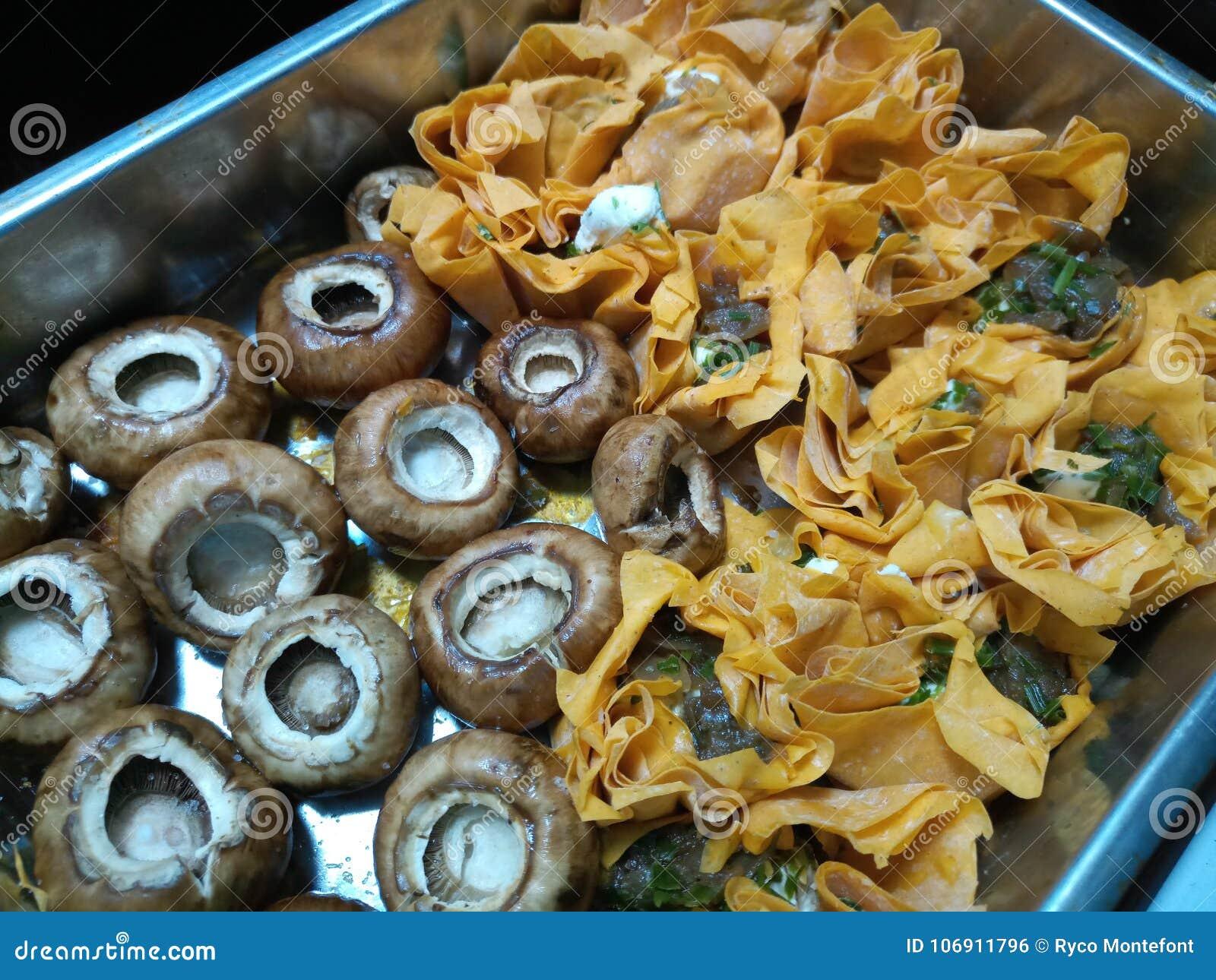Surowe pieczarki i uncooked tartlets