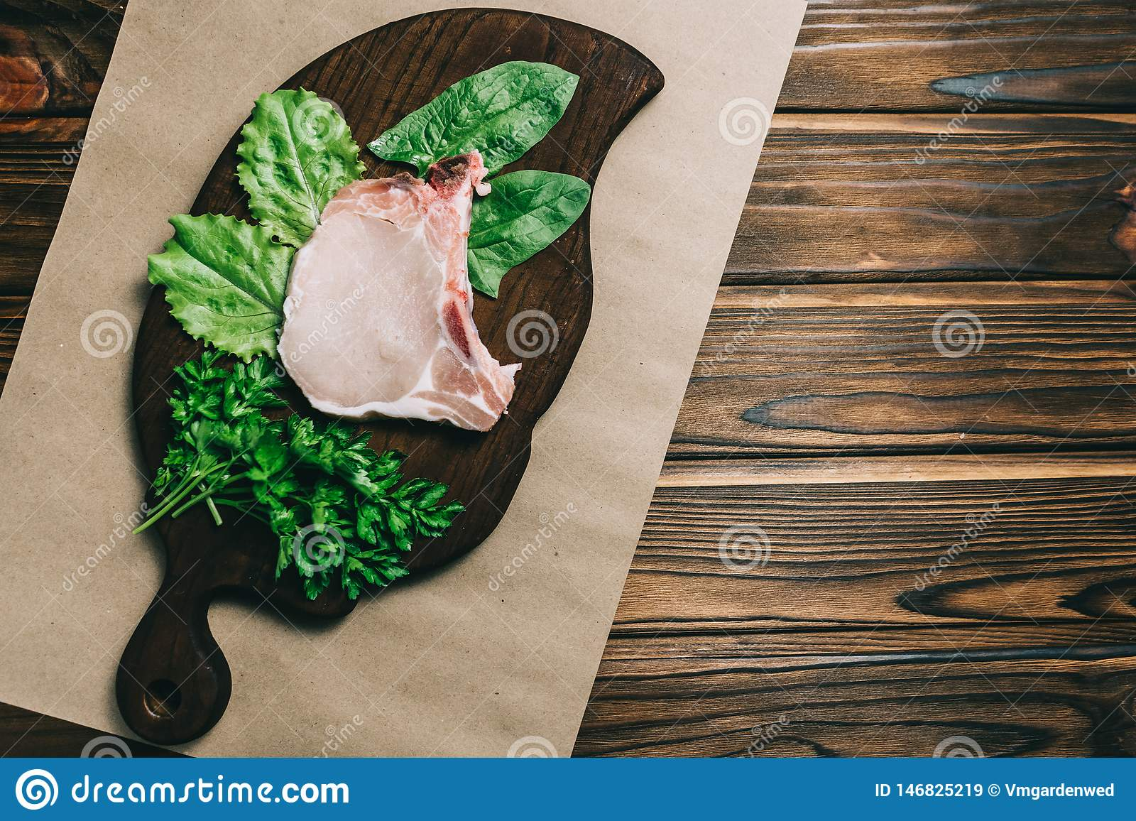 Surowego świeżego mięsa wieprzowiny stku i seasRaw świeżego mięsa wieprzowiny podprawy na aonings na ciemnym drewnianym tle i ste
