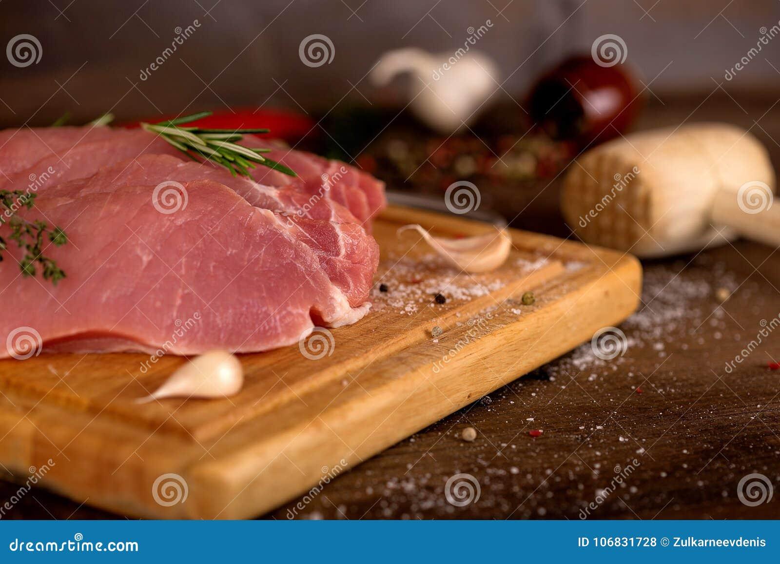 Surowego mięsa plasterki na desce
