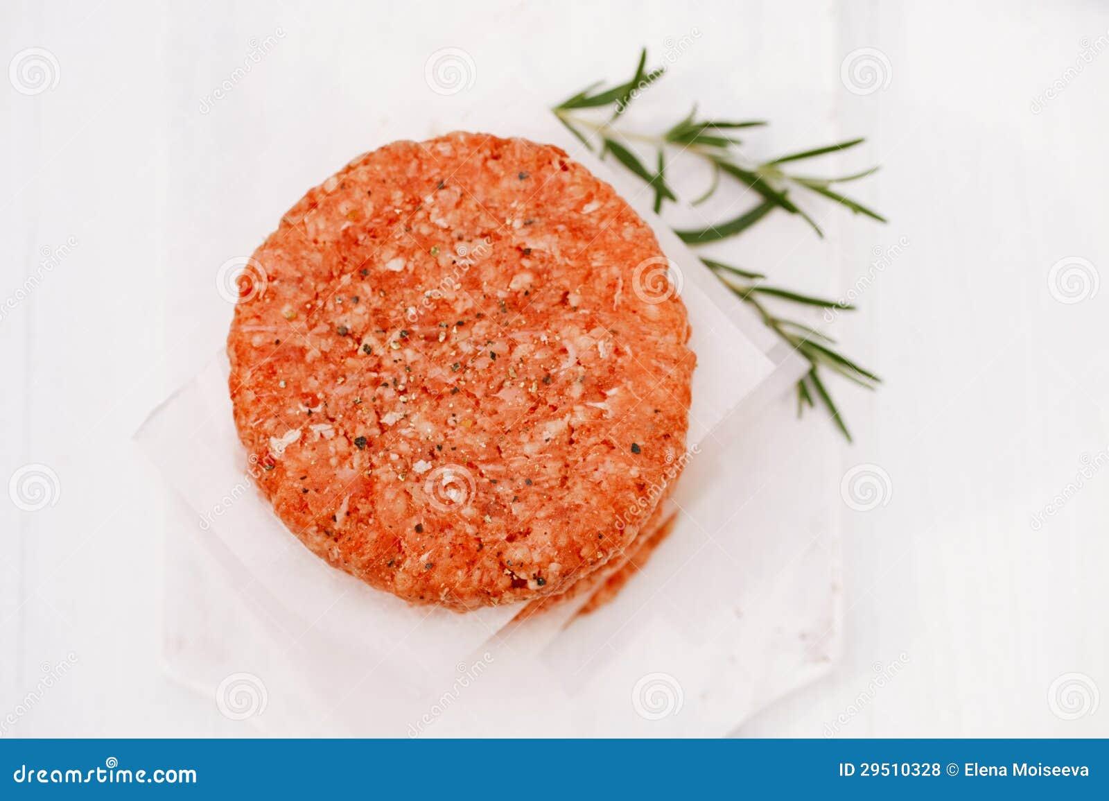 Surowi hamburgery dla hamburgerów, w stosie