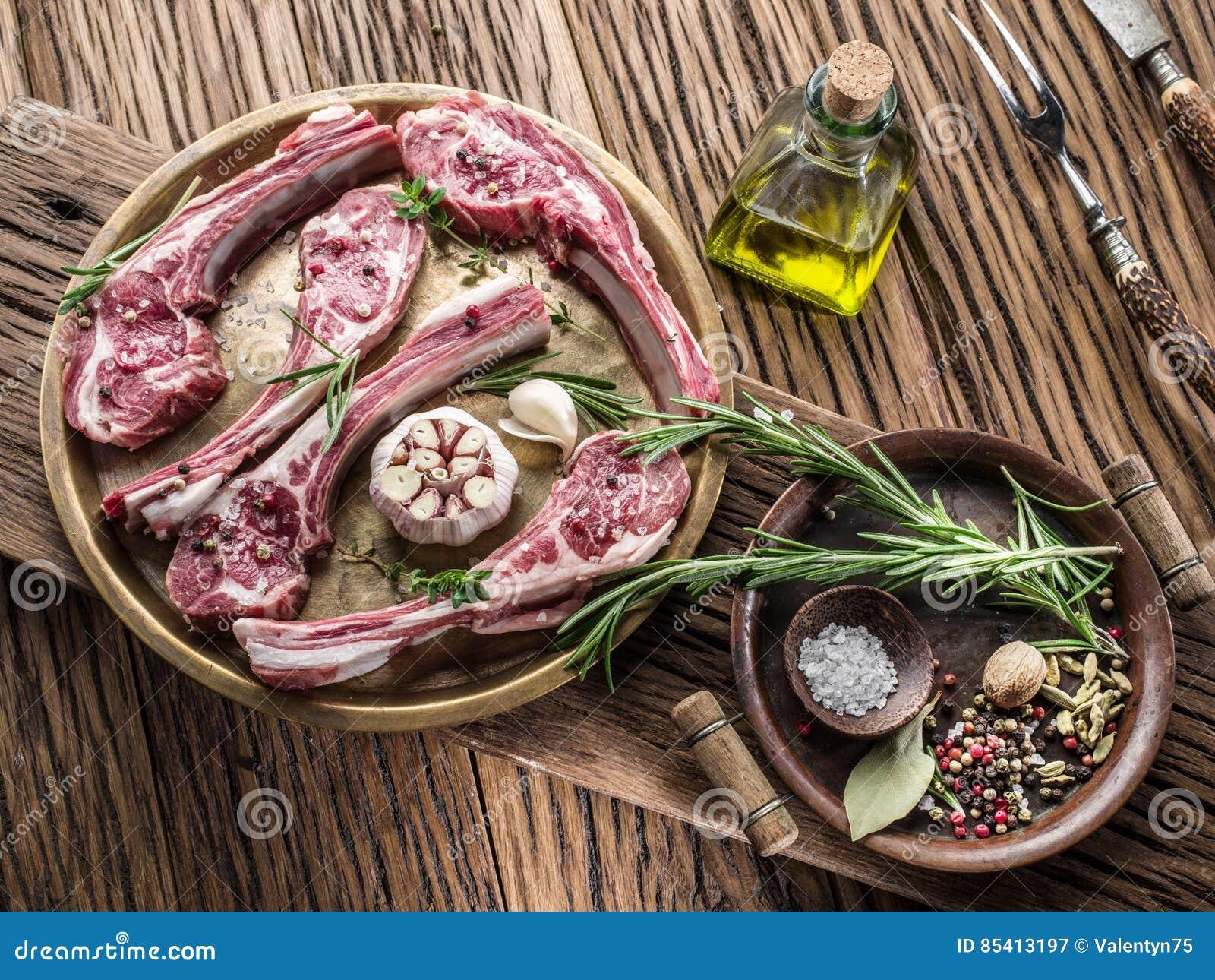 Surowi jagnięcy kotleciki z czosnkiem i ziele