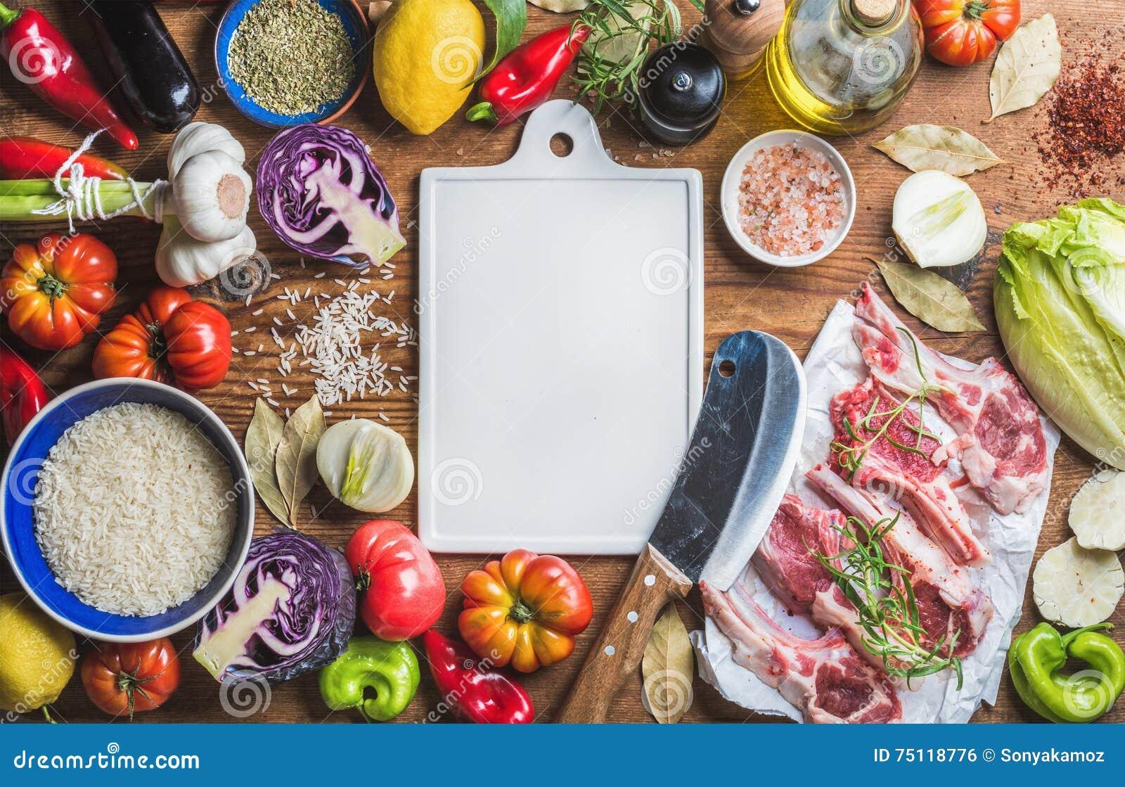 Surowi jagnięcy mięso kotleciki, ryż, warzywa, olej, ziele i pikantność,
