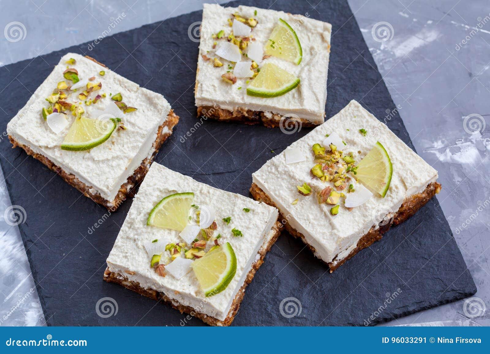 Surowi pistaci, koksu i wapna cheesecakes,