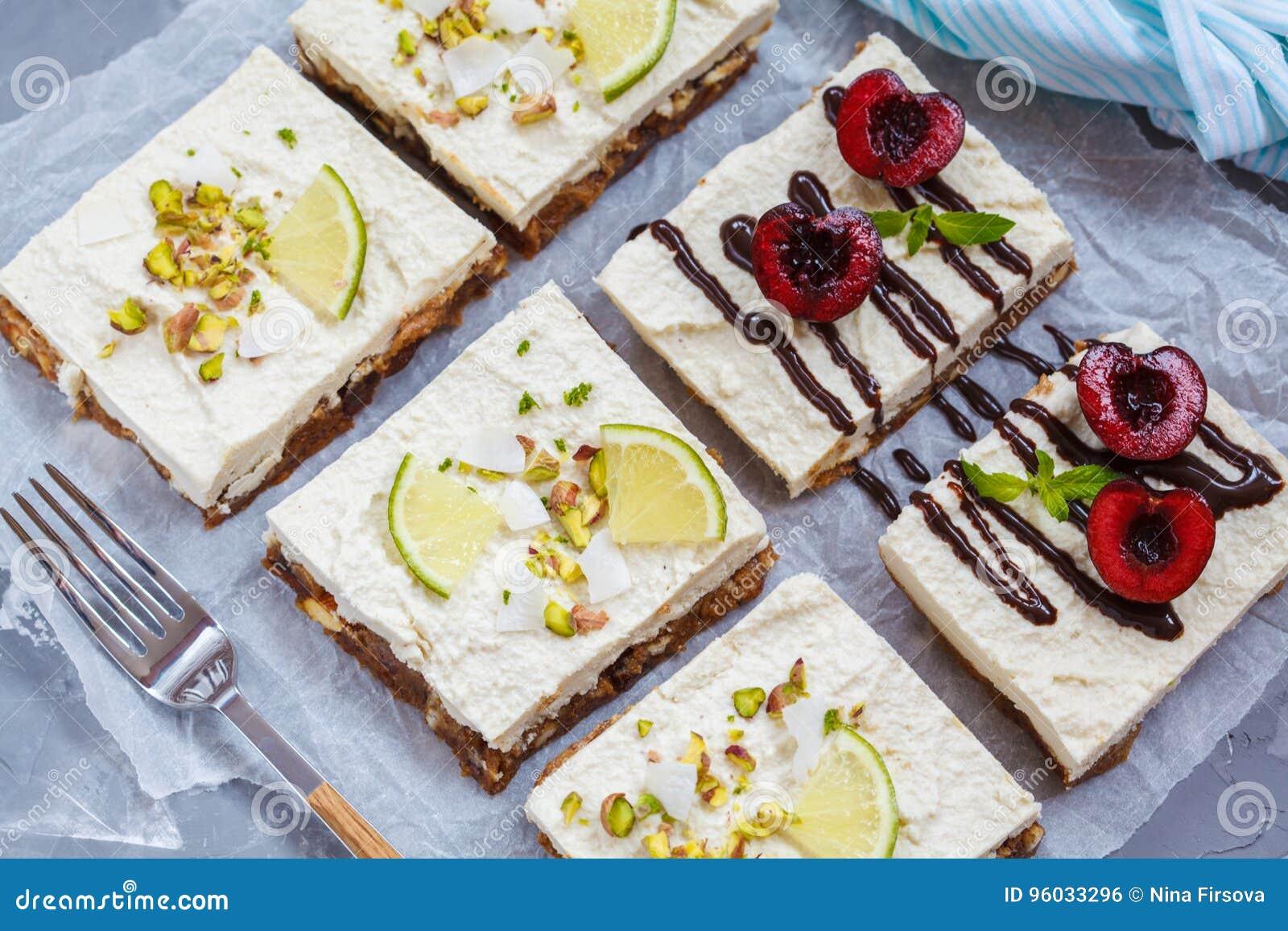 Surowi pistaci, koksu, wapna i wiśni cheesecakes,