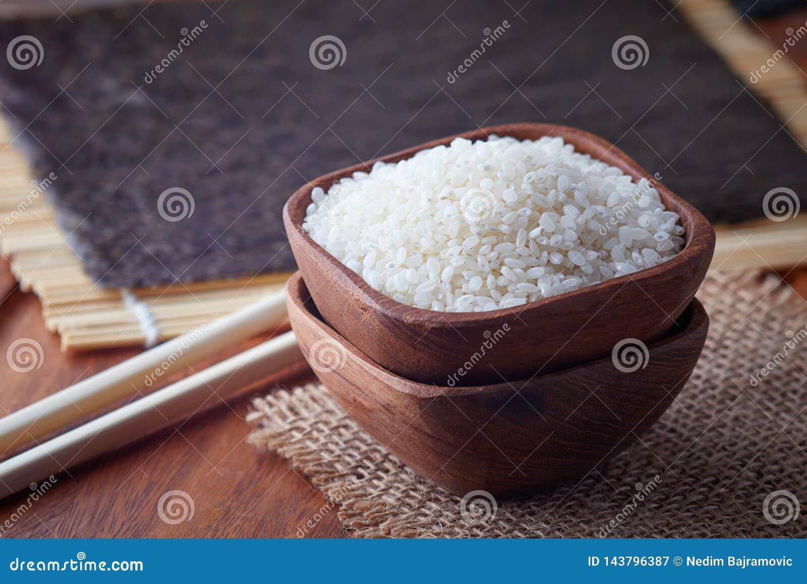 Surowi uncooked suszi ryż