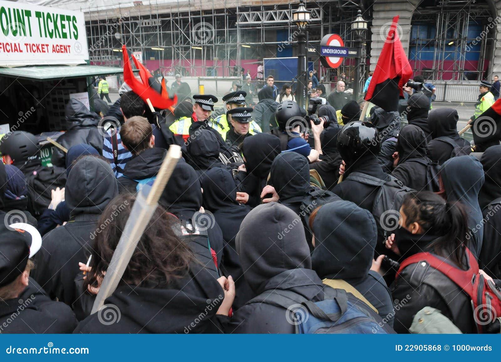 Surowość stawać twarzą w twarz protestującego milicyjnego wiec