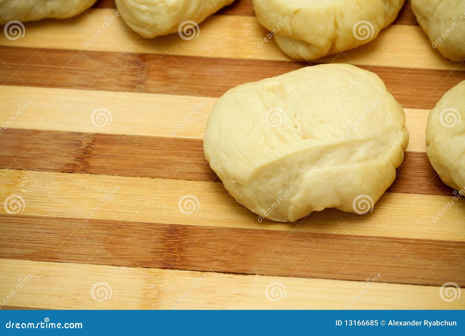Surowy ciasto deskowy kulebiak