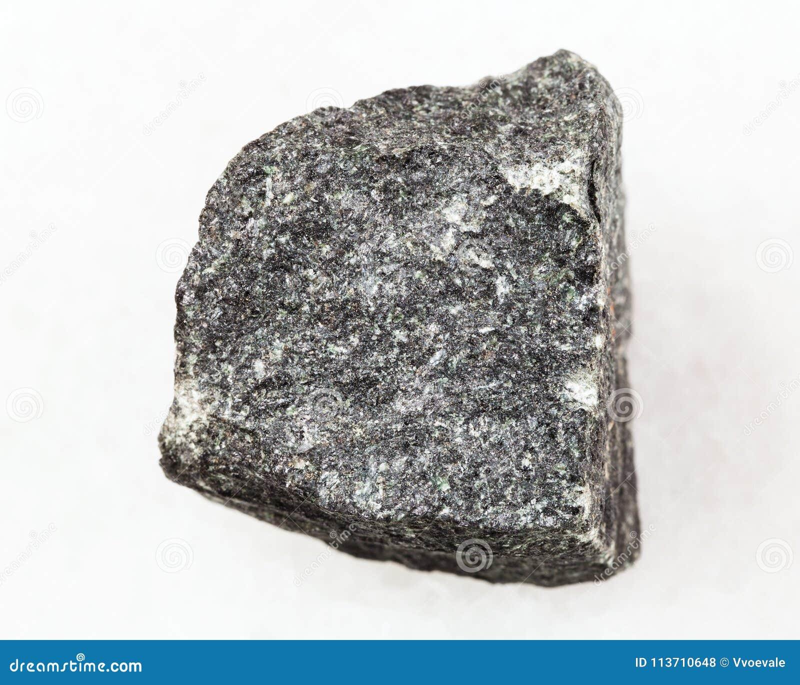 Surowy gabro kamień na bielu