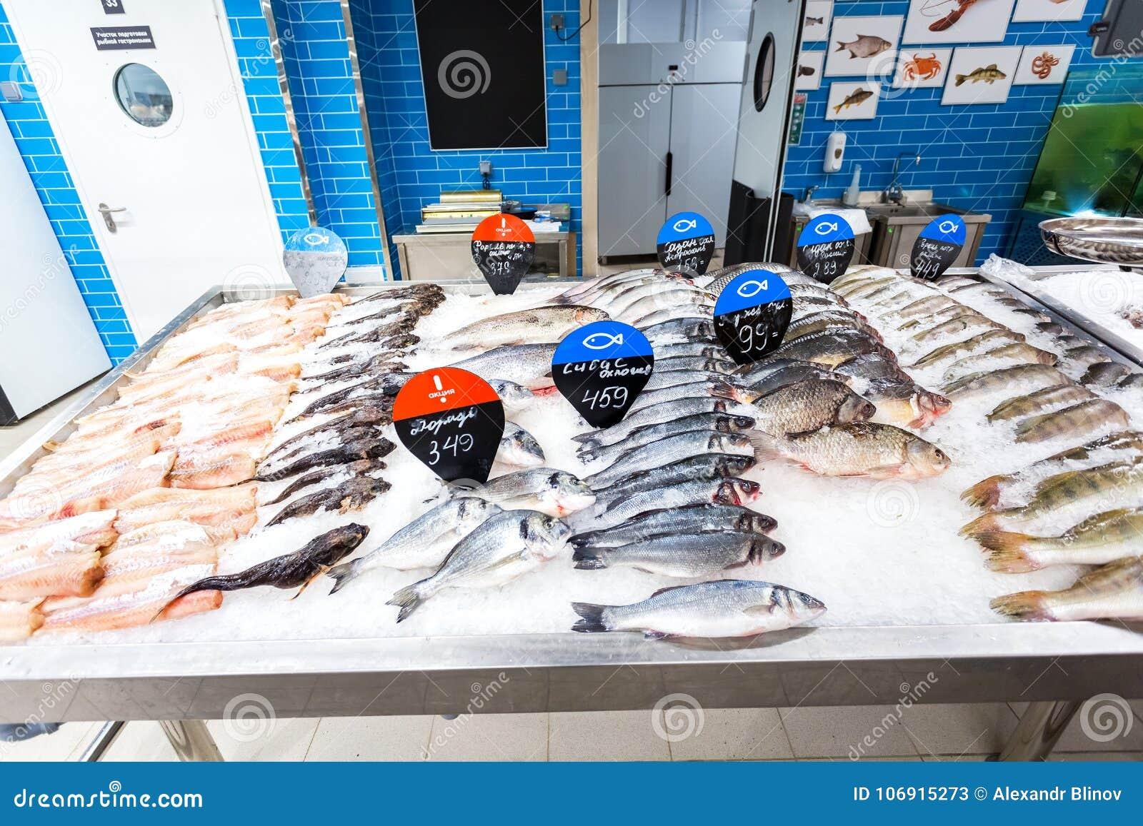 Surowy i zamarznięty rybi przygotowywający dla sprzedaży w supermarkecie
