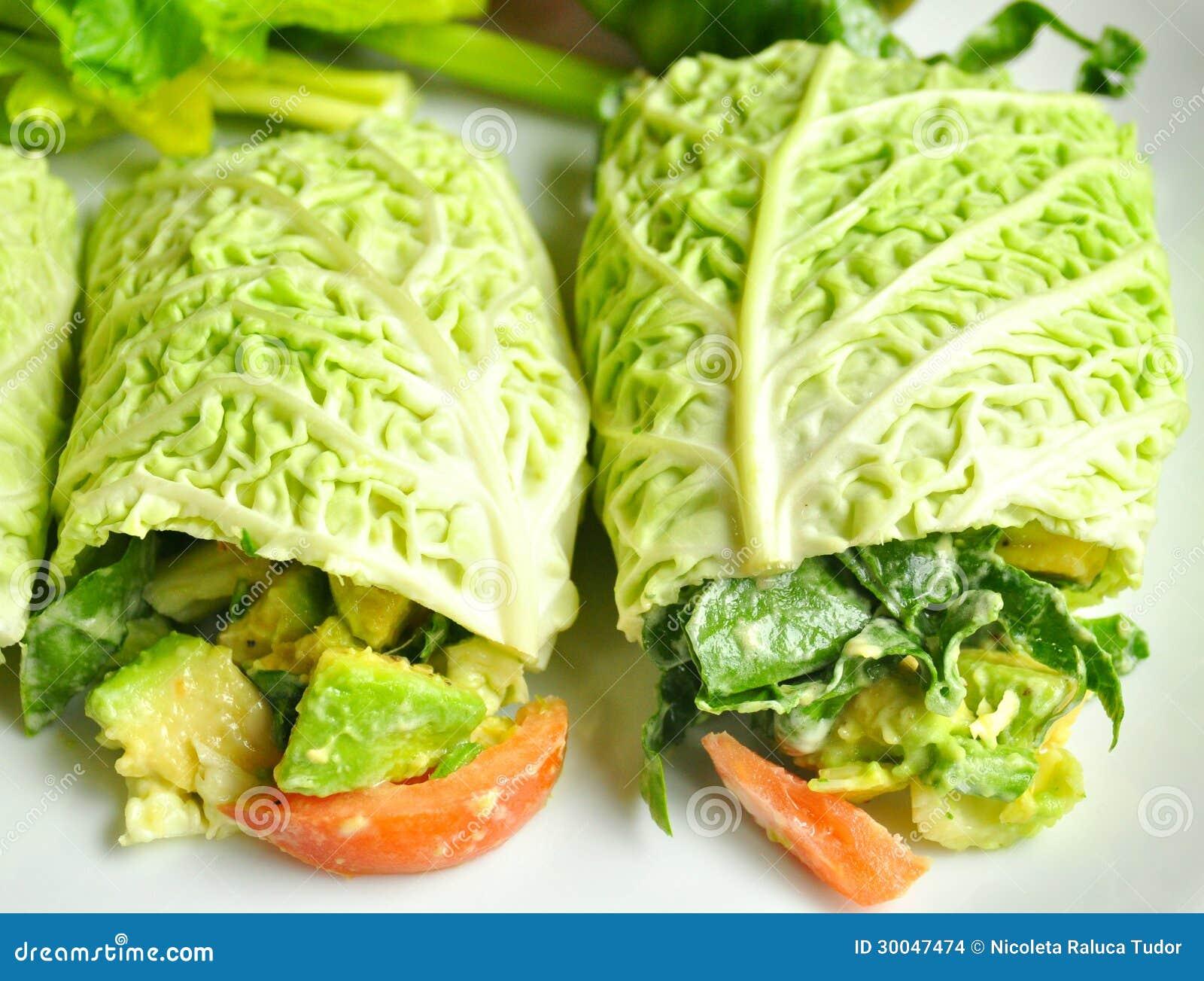 Surowy karmowej diety pojęcie z świeżymi kapuścianymi rolkami