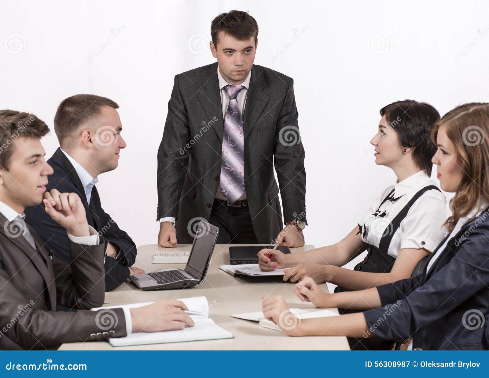 Surowy korporacyjny kierownik obserwuje jego biznes