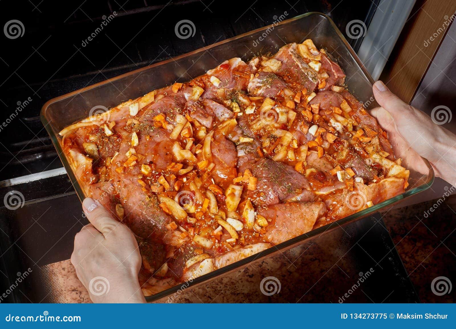 Surowy mięso w szklanym cookware
