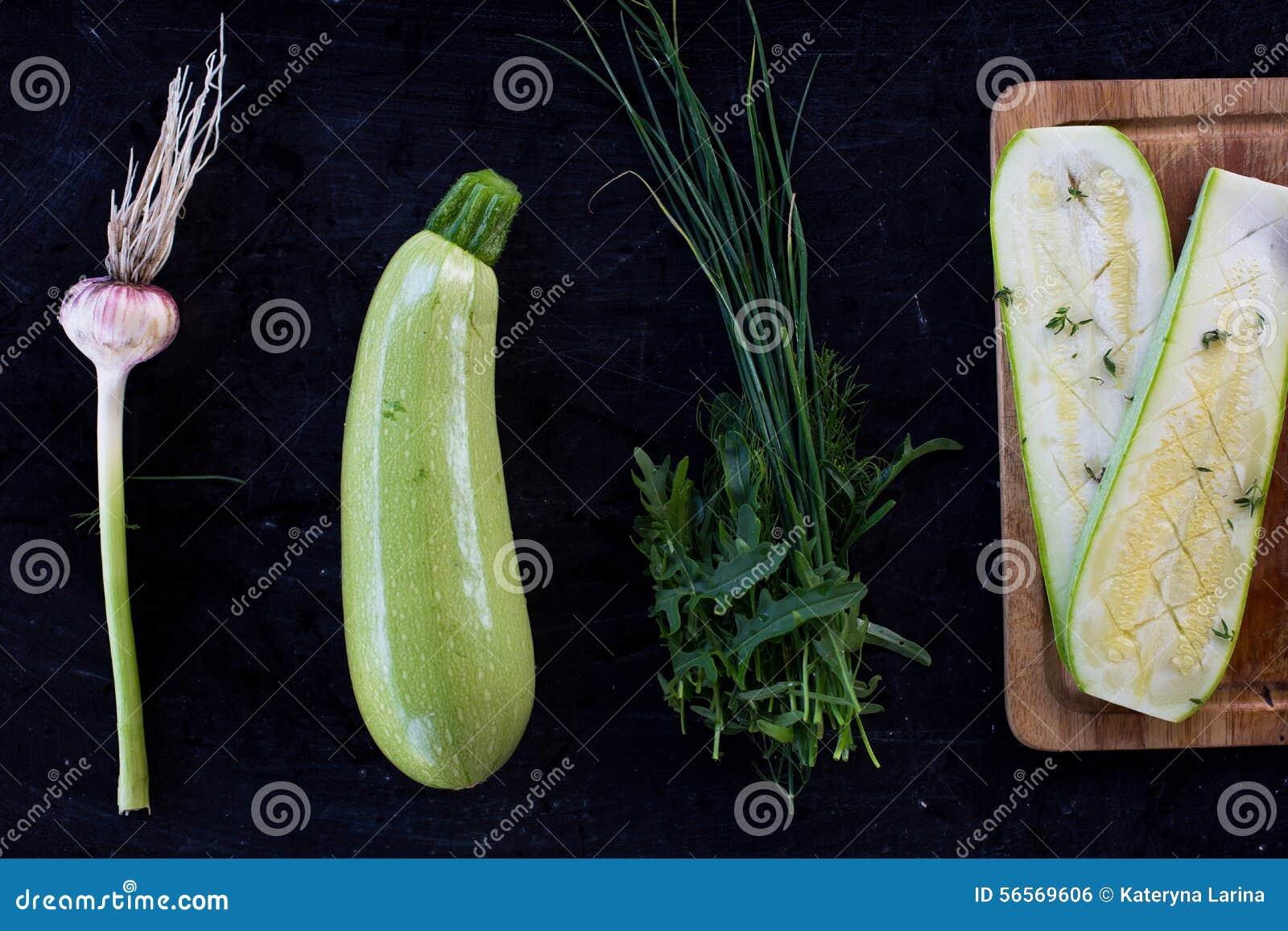 Surowy piec na grillu zucchini