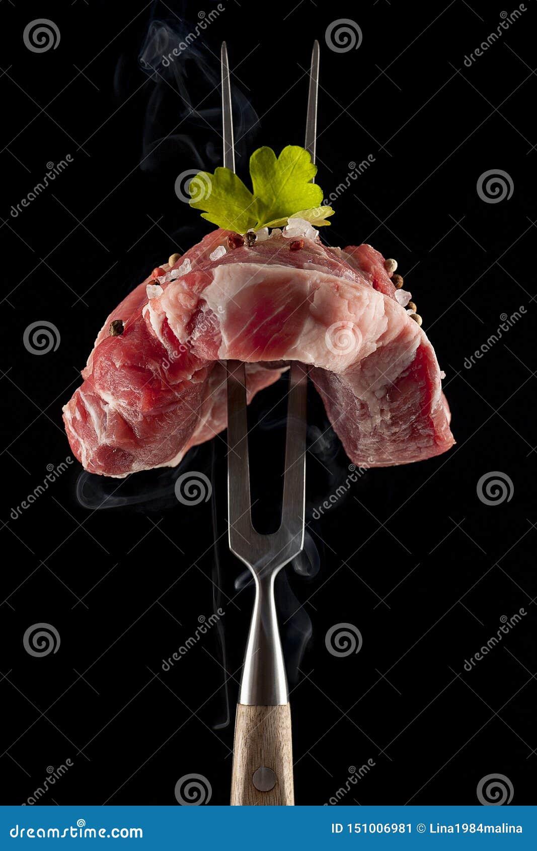 Surowy stek na dużym mięsnym rozwidleniu