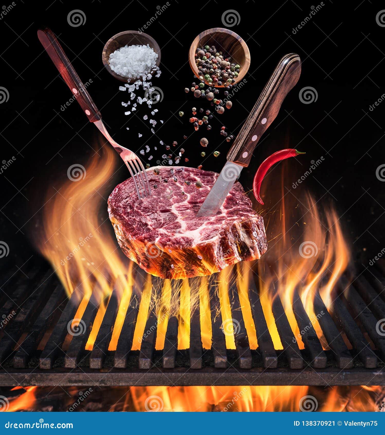 Surowy stku kucharstwo konceptualny podbojowy pary mienia światła obrazka władzy target541_0_ Stek z pikantność i cutlery pod pal