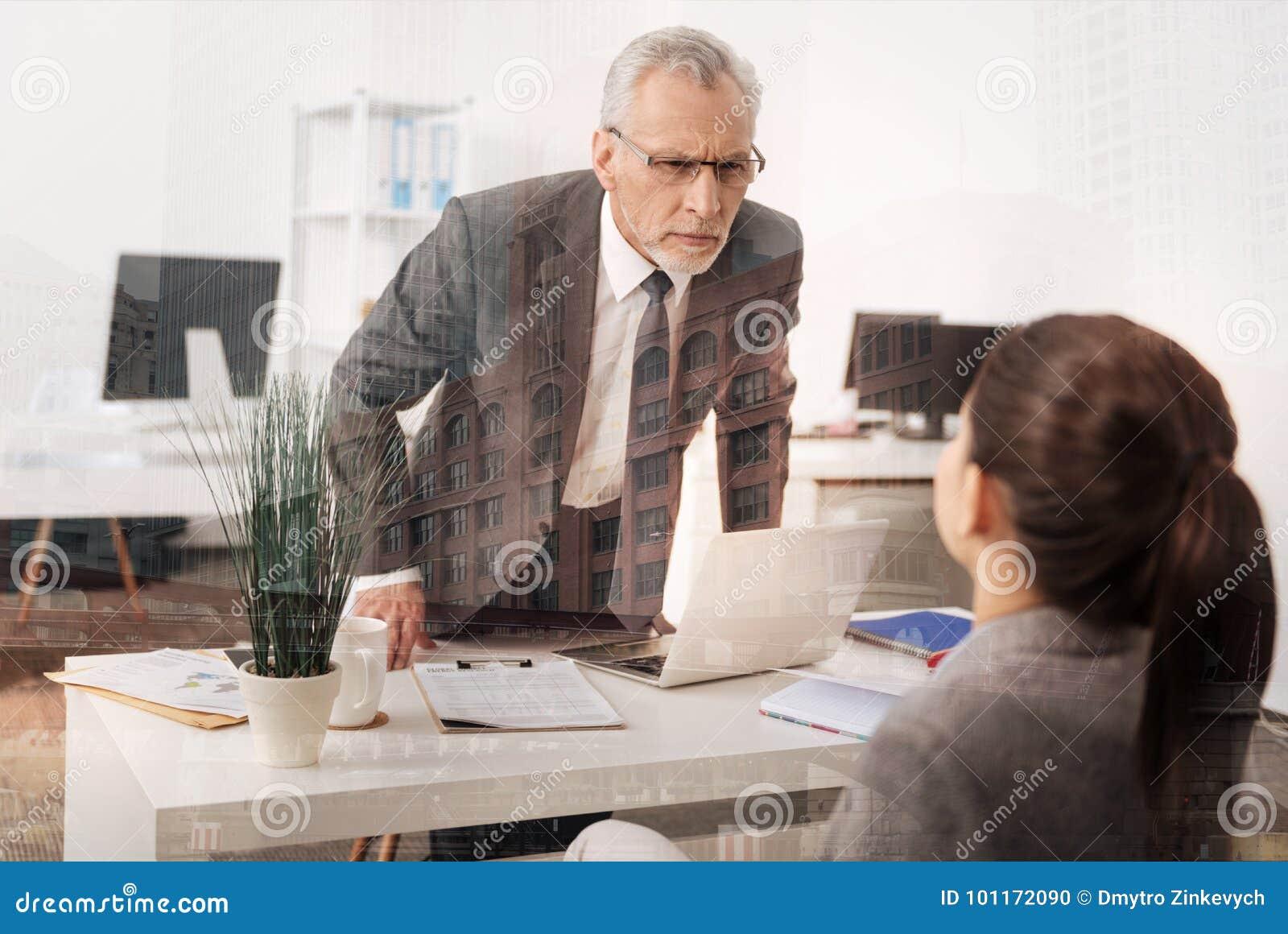 Surowy szef ma uprzedzenia przeciw jego żeńskiemu urzędnikowi